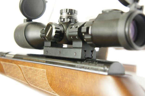 Montiert mit UTG Adapter auf dem<a href=luftdruckgewehre-hw77sd_versionen.htm>Qualitätsluftgewehr der Marke Weihrauch Modell HW 77</a> und dem Zielfernrohr UTG 3-12x44.