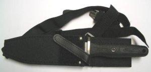 Das Schulterholster gehört zum Lieferumfang und kann auch am Gürtel getragen werden, indem die Beriemung abgeknöpft wird.