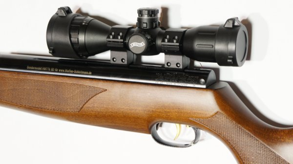 Das <a href=1130130.htm>Walther Zielfernrohr 4x32 MDC MilDot</a> ist äußerst robust und kompakt. Es harmoniert perfekt mit dem Luftgewehr HW 77 mit Laufgewinde und Schalldämpfer.