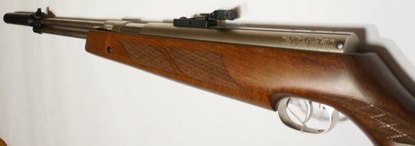 vernickeltes Luftgewehr HW 77 mit Zielfernrohr, Laufgewinde und Schalldämpfer