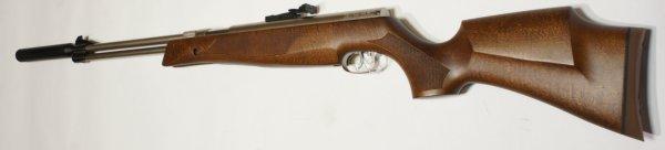 Der aus Nussbaum gebeizte Holzschaft passt sehr gut zum vernickelten Luftgewehr HW 77 K sd.