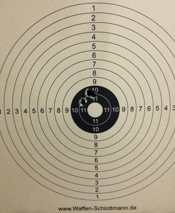 Gute Präzision. Mein Trefferbild auf 10m mit der Luftpistole H01 von Fa. Zoraki