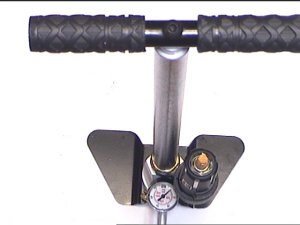 Als Zubehör zum Befüllen kann ich Ihnen auch gerne diese, direkt passende <a href=1165566.htm> Luftpumpe mit Schlauch </a>dafür anbieten. Nur der Stecker am Schlauch muss gegen den HW- Fülladapter getauscht werden. Der erforderliche Fülladapter liegt jeder HW 44 bei.
