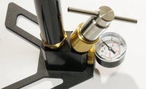 Aus eigener Produktion kann ich Ihnen solche <a href=https://www.waffen-schlottmann.de/1165505.htm>Fülladapter </a>passend zu der kompfortablen Gehmann- Pumpe oder zu 200bar Pressluftflaschen anbieten