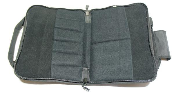 Bei der Double Pistol Case sind innen praktische Schalaufen für Kleinteile