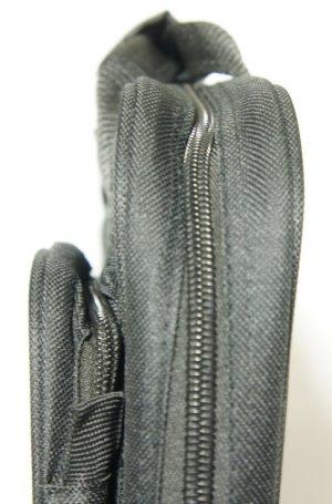 Seitenansicht De Luxe Pistolentasche, Links im Bild sehen Sie die geräumige Außentasche.