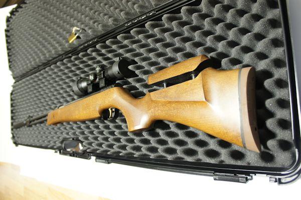 Anwendungsbeispiel: Dieses 1,25m lange Luftgewehr mit Schalldämpfer passt hier sehr gut hinein