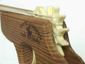 Kinderpistole aus Holz zum Abschießen von Gummies