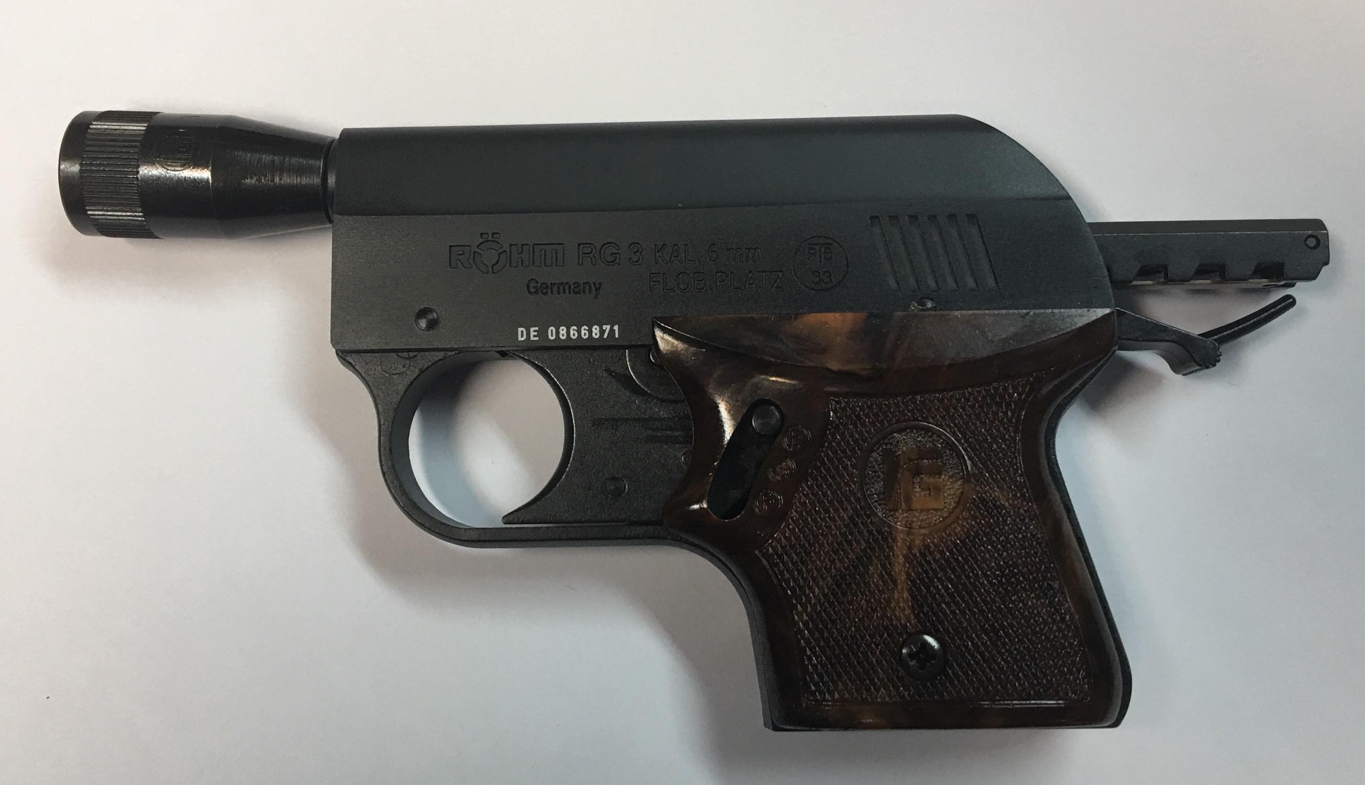 Gaspistole Rhöm RG3 mit Abschussbecher für Pyrotechnik.