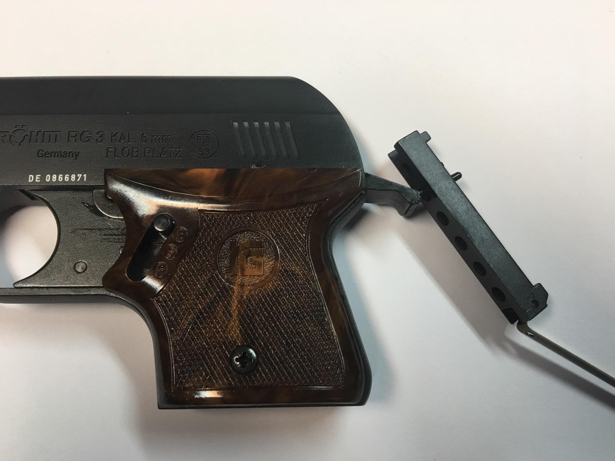 Die Signalpistole Rhöm RG3 hat hinten so ein Magazindeckel mit Dornen. Mittels Dorn können festsitzende Platzpatronen aus dem Magazin herausgestoßen werden.