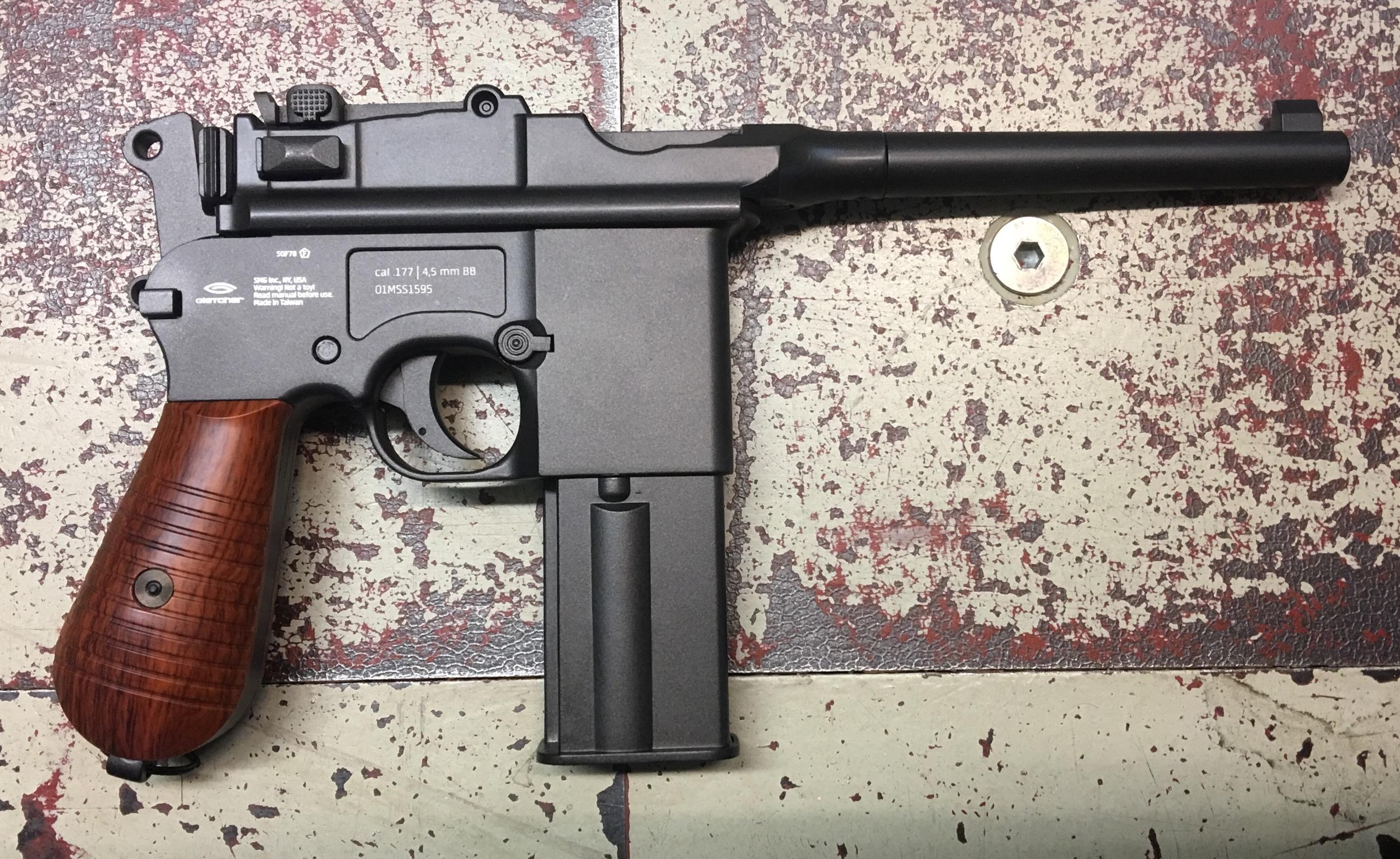 Die Gletcher CO2 Pistole Modell 712 ist von allen Seiten recht authentisch.