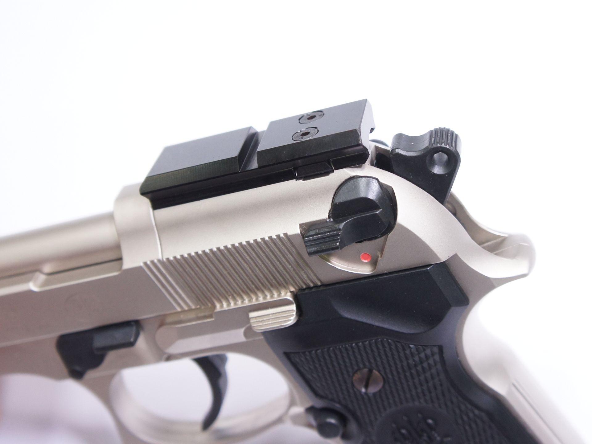 Die Montage aus schwarz eloxiertem Aluminium für die Optik ist speziell angefertigt