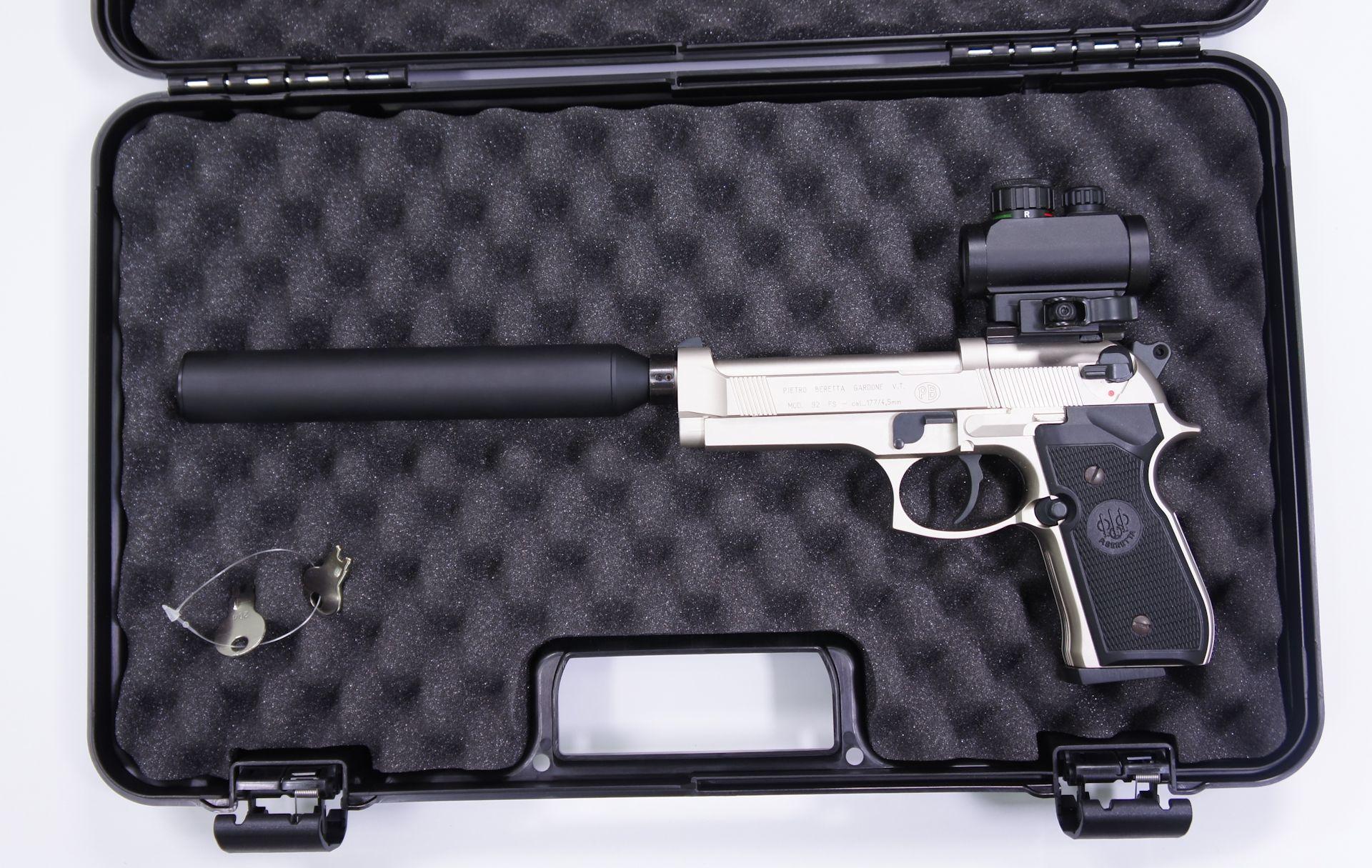 Anwendungsbeispiel: Als Zubehör kann ich diesen <a href=1340300.htm>Koffer </a>empfehlen. Da passt die Pistole mit aufgesetztem Dämpfer hinein.