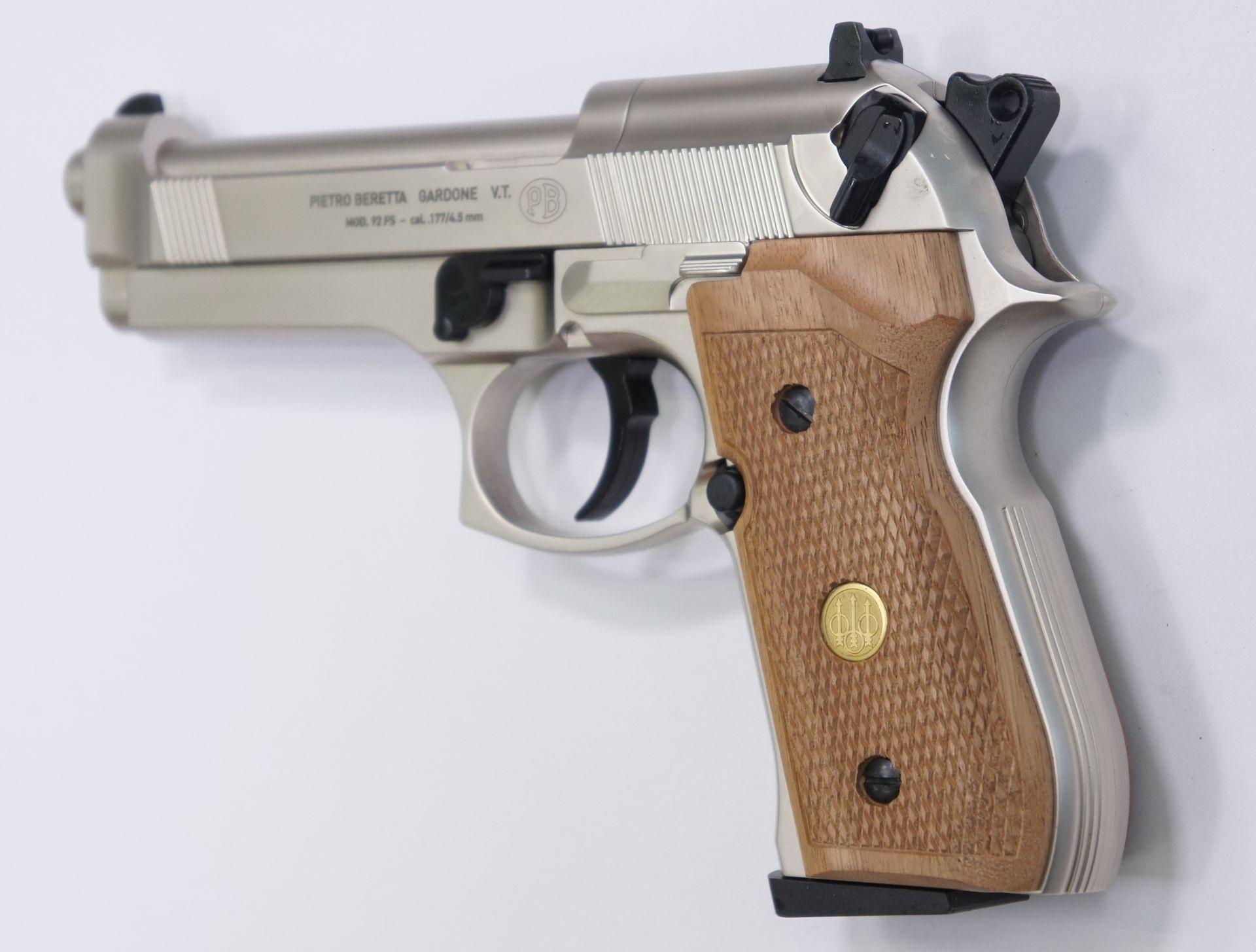Die Visierung ist CO2- Pistole Beretta 92FS, matt vernickelt mit Holzgriffschalen ist seitlich verstellbar.