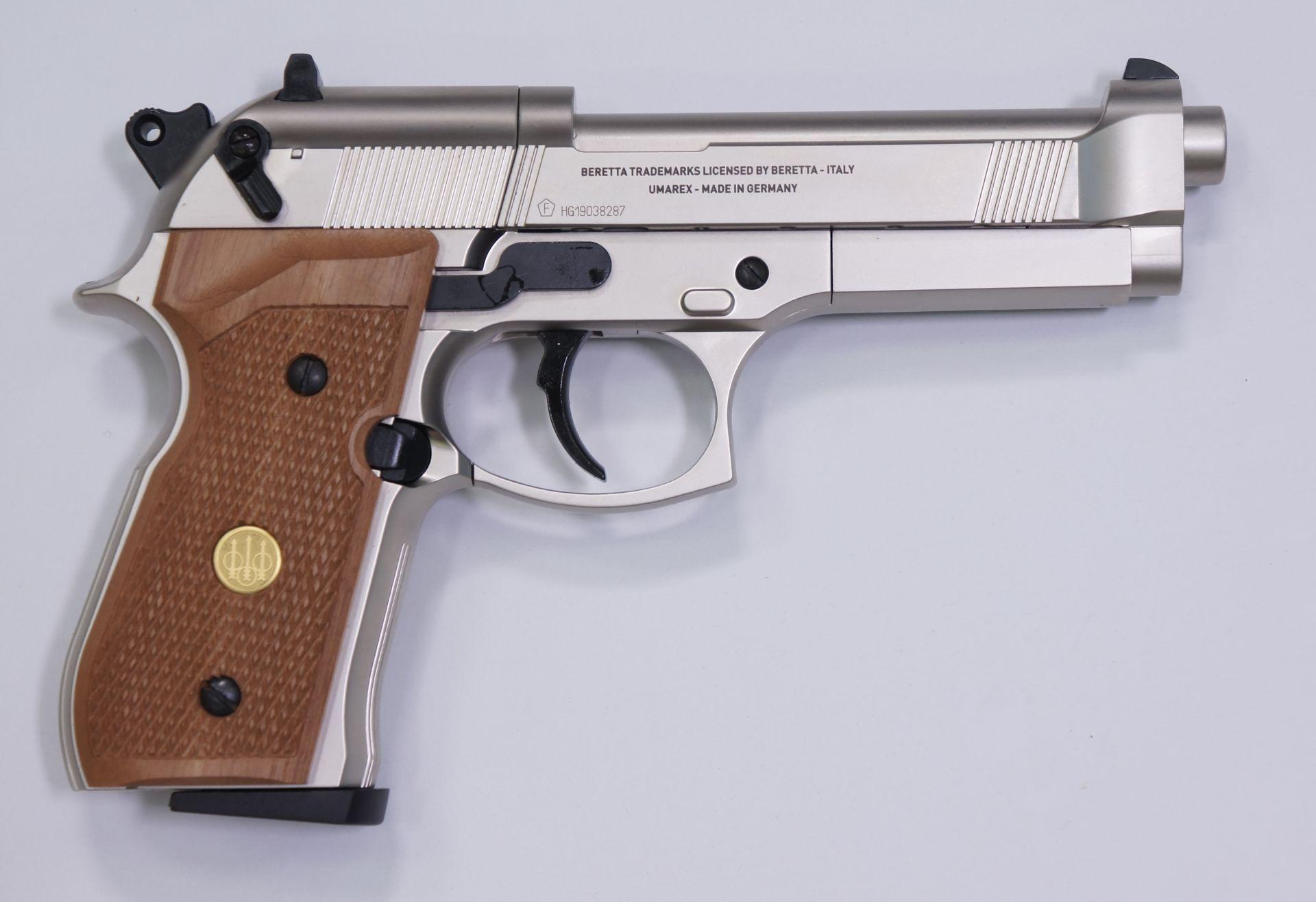 Von der rechten Seite ist die vernickelte CO2 Pistole Beretta 92 FS genau so authentisch.