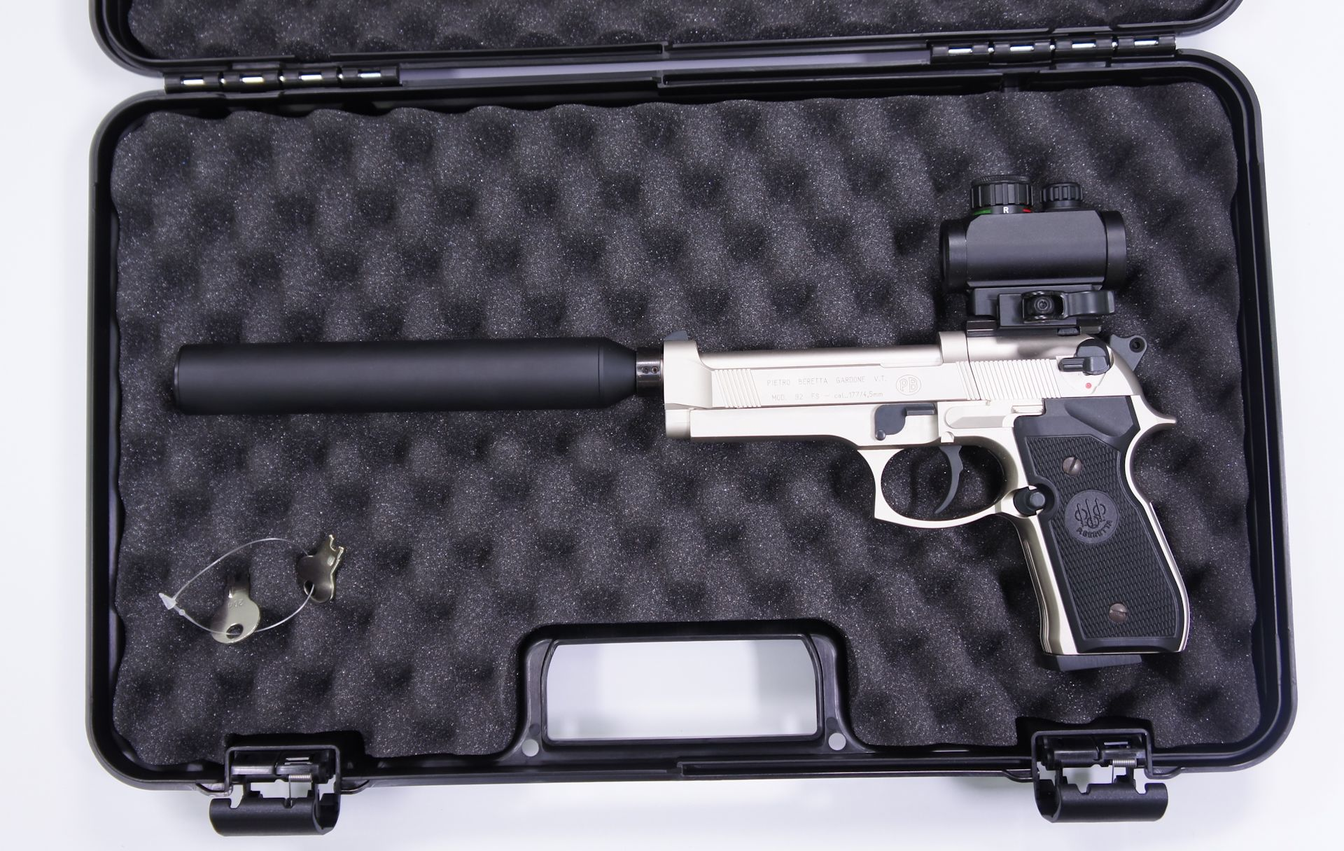 Anwendungsbeispiel: Als Zubehör kann ich diesen Koffer empfehlen. Das passt die Pistole mit aufgesetztem Dämpfer hinein.