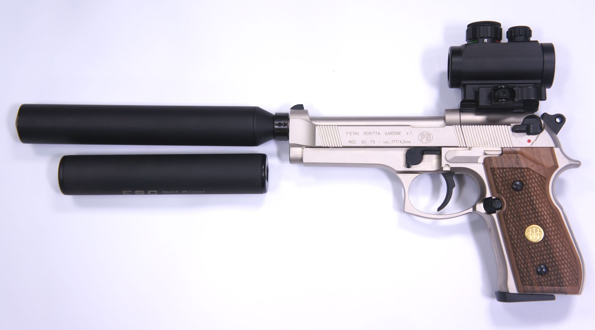 Die CO2 Pistole Beretta 92 FS bietet verschiedene Konfigurationsmöglichkeiten. An den Gewindeadapter passen verschiedene Schalldämpfer. Im Bild ist hier zusätzlich ein <a href=1168820.htm>kürzerer Dämpfer der Marke B&T</a>