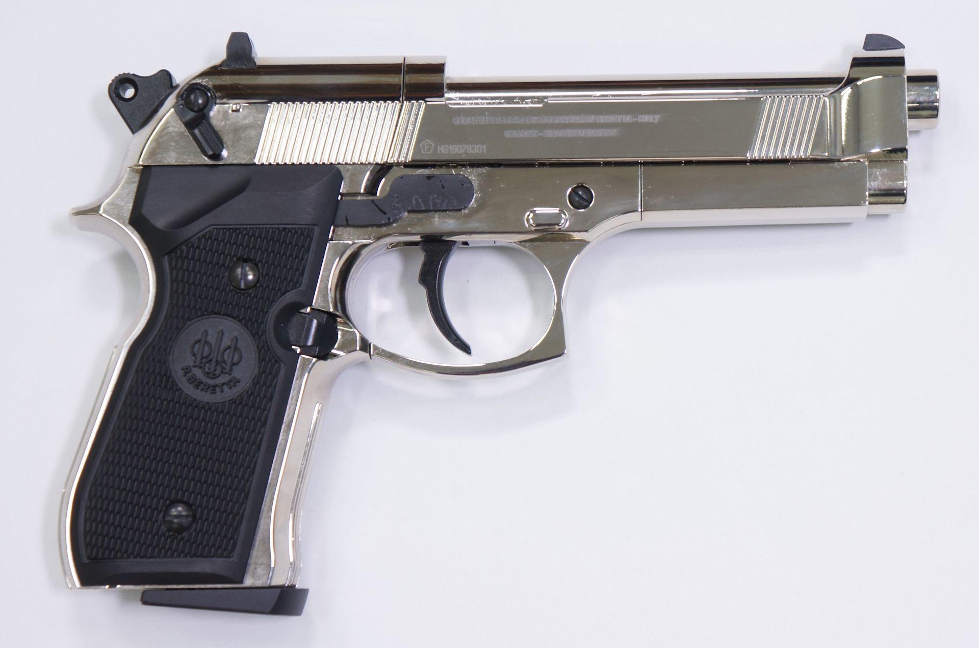 Von der rechten Seite ist die polierte CO2 Pistole Beretta 92 FS genau so authentisch.