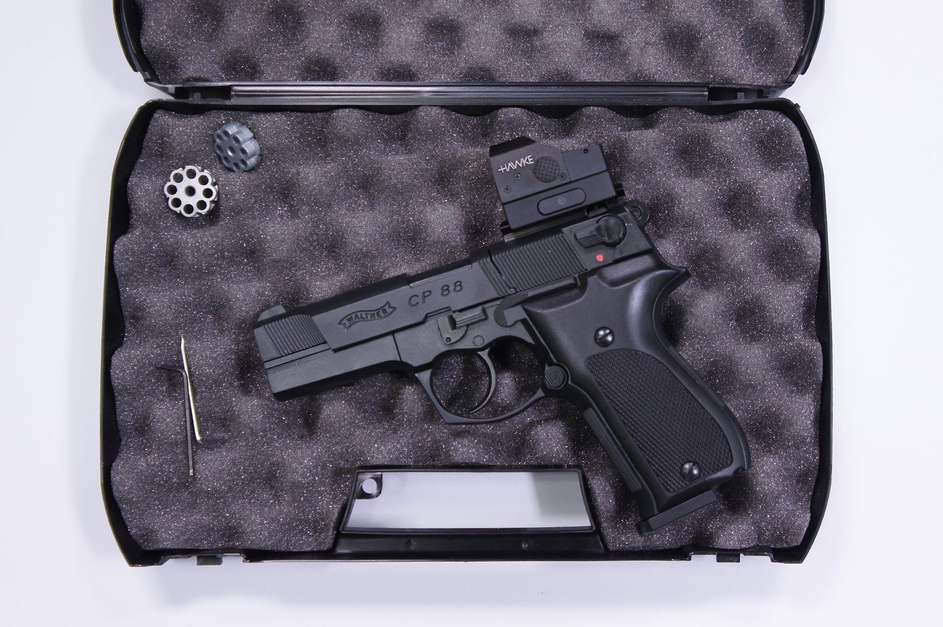 Montagebeispiel: Wer sich für eines der kleineren Viere entscheidet, kann seinen Koffer weiterhin nutzen und die Pistole passt mit aufgebautem Visier hinein