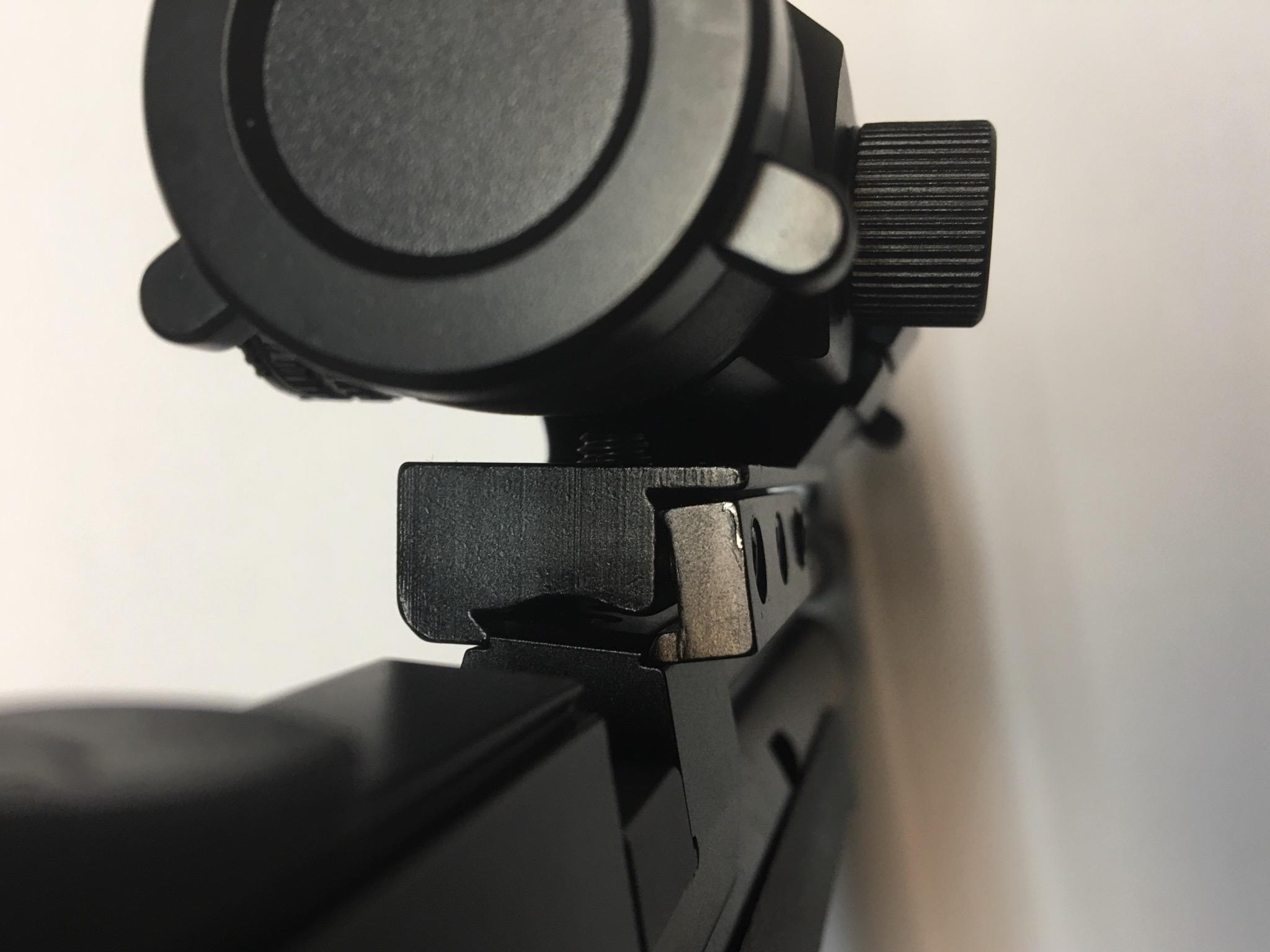 Dieses Bild mit einer anderen Optik und direkter Montage auf die 11.8mm breite Schiene soll nur ein Problem zeigen, welches ich mit der hier angebotenen Lauf-Montagebasis vermeide. Die Schiene ist nämlich leider nicht normgerecht und daran verkantet, was man festschraubt.