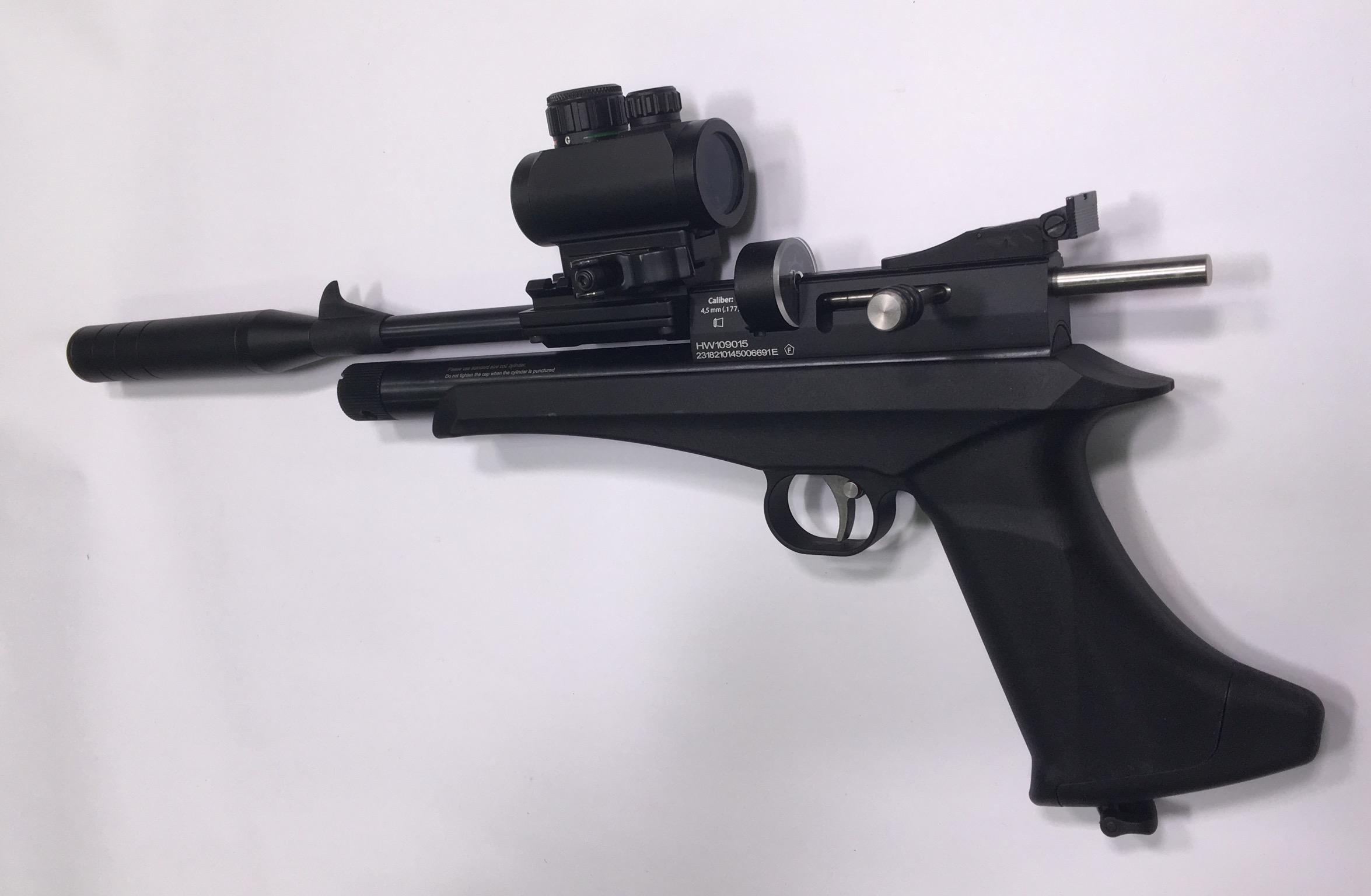 Hier sehen Sie die Pistole mit  <a href=1130221.htm>einem sehr gutem Leuchtpunktvisier.</a> Diese Monatgeversion bietet austreichend Platz für die Verwendung von Magazinen.