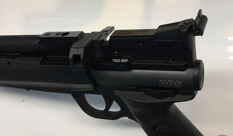 So sieht die Pistole mit eingelegtem 5- Schussmagazin aus.