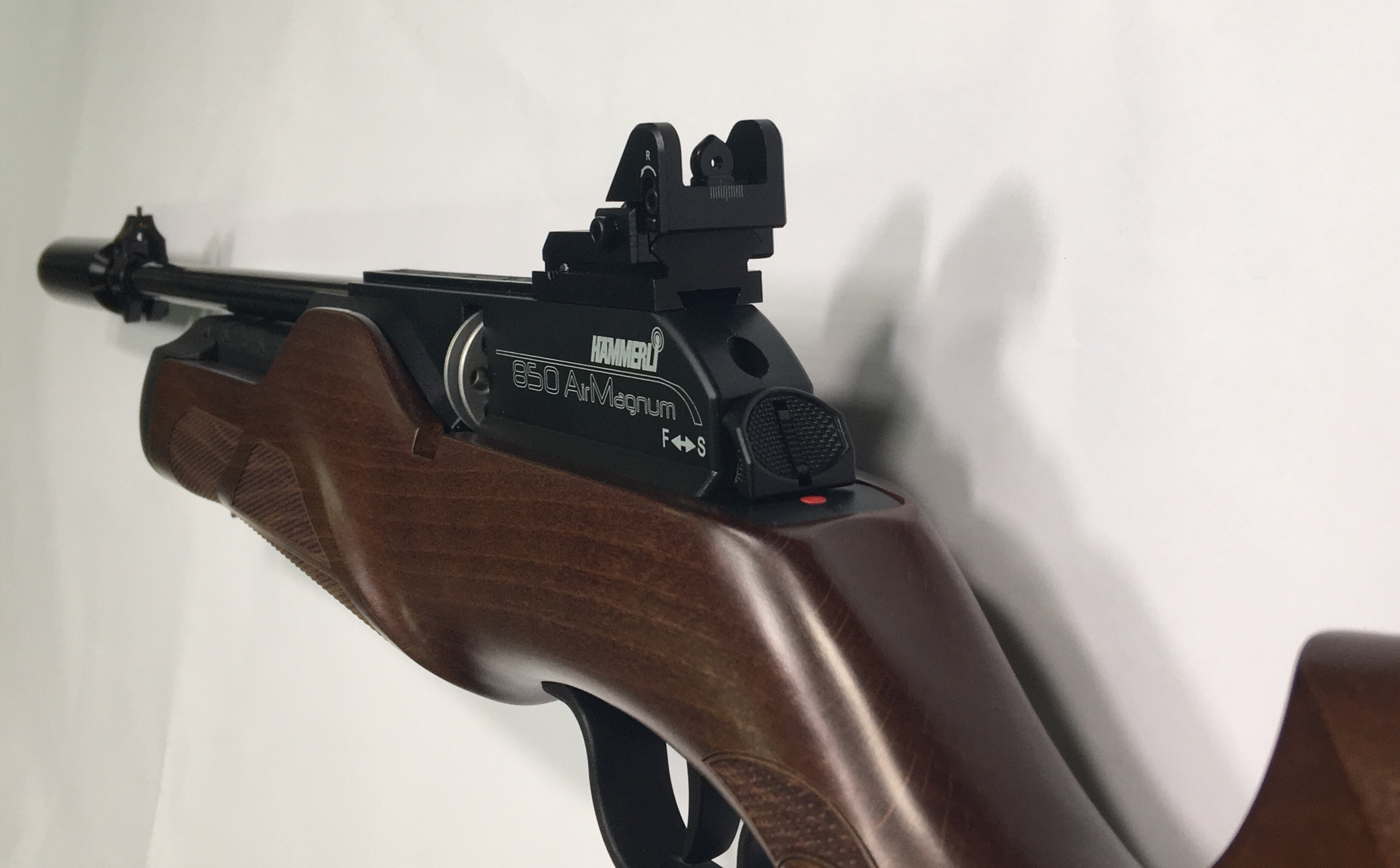 Montagebeispiel der Lochkimme am Hämmerli 850 carbine. Da passt es aber auch nur mit einem spezielle angefertigtem <a href=1055303.htm>Adatper zum Höhenausgleich</a>.