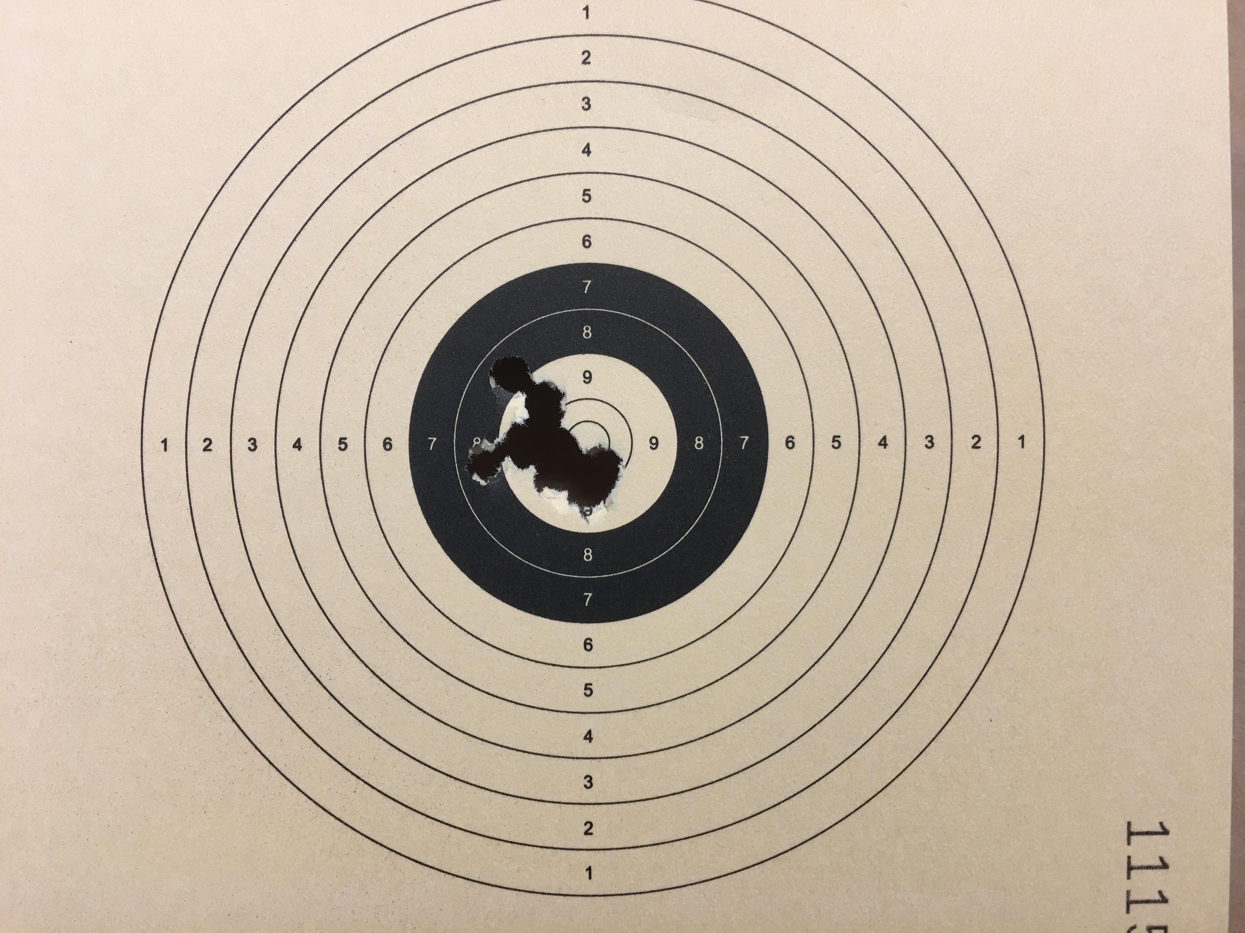 Mein freihändiges Trefferbild zeigt hier acht Schuss auf 11 m Distanz. Das geht sicherlich noch besser.