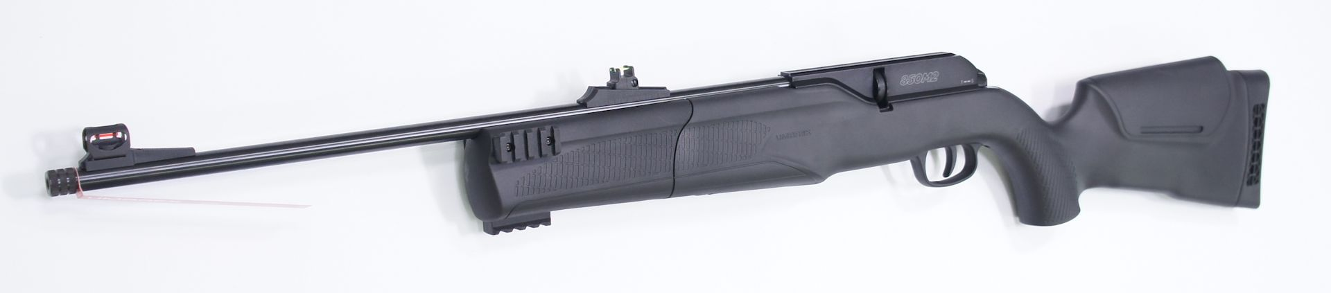 Das CO2-Luftgewehr Umarex 850 M2 hat drei Picatinny-Schienen an der abnehmbaren Vorderschaftkappe zum Anbringen von einem Zweibein oder anderem Zubehör