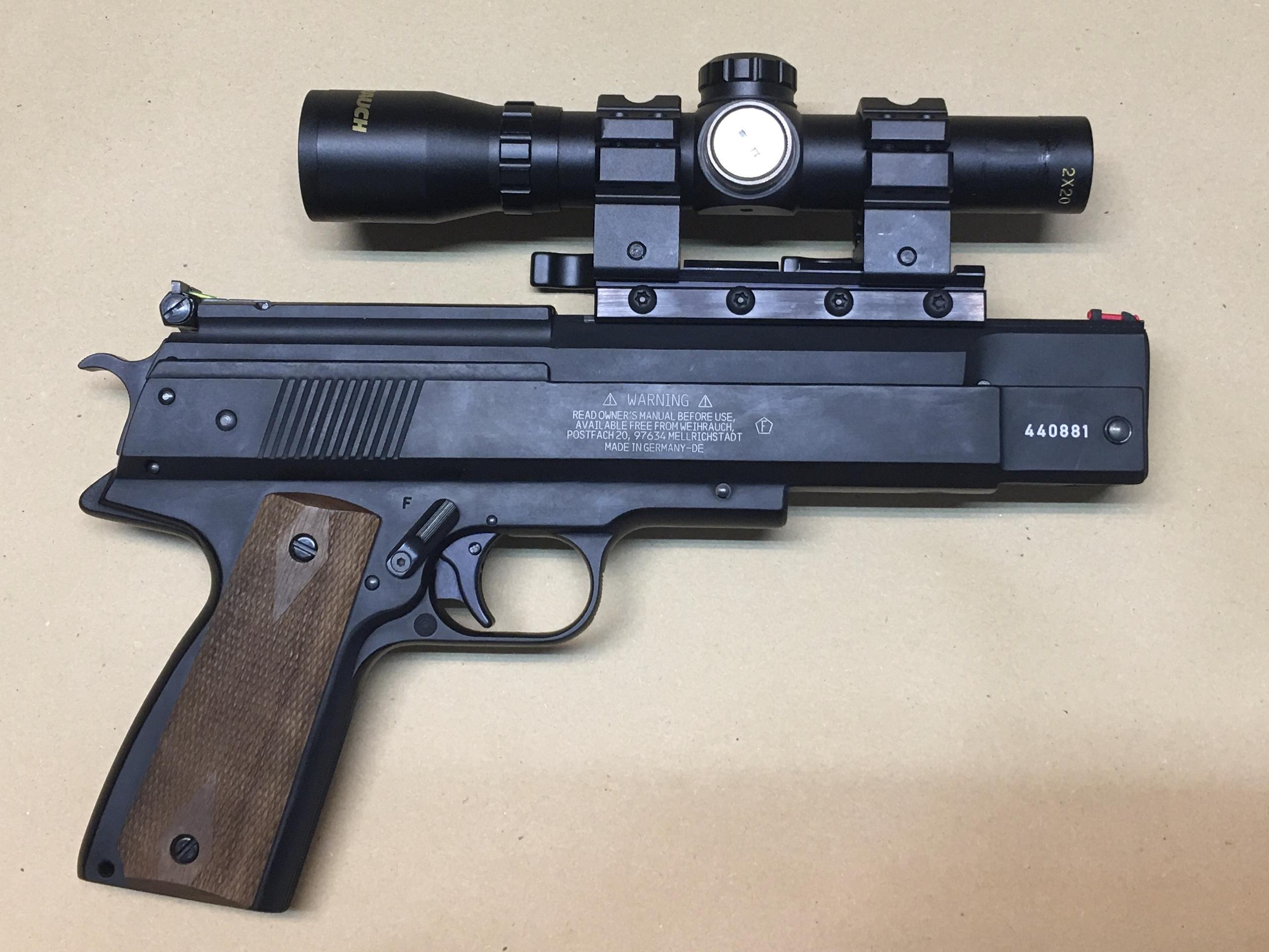 Wir so ein Pistolen Zielfernrohr an Modell 45 befestigen möchte, muss sich Gedanken über eine robuste Montagemöglichkeit machen. Modell 45 hat eine eigentümliche Schienen Breite und ist im Schussverhalten ruppig.