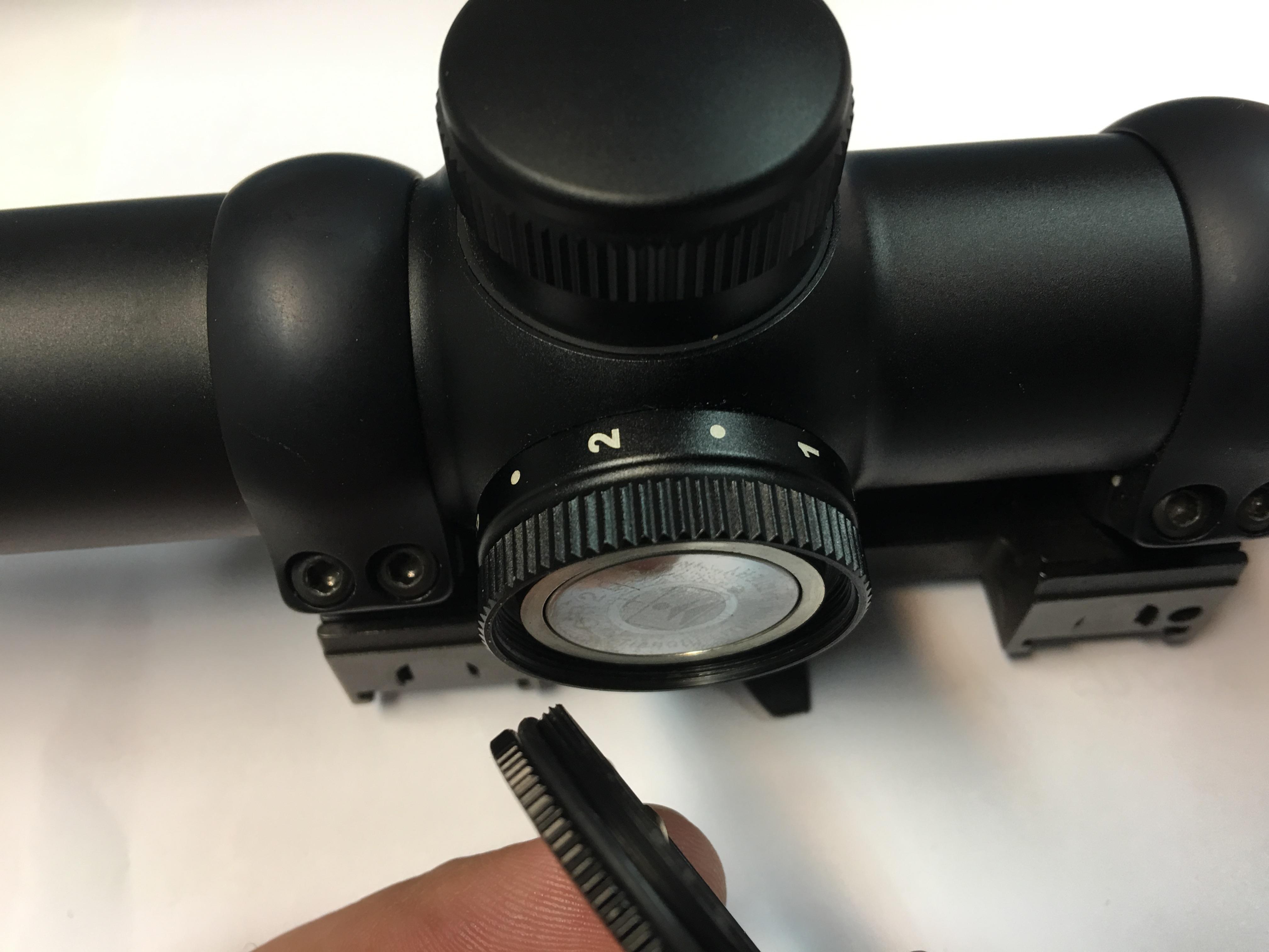 Das Batteriefach sitzt wie bei den meisten Zielfernrohren mit Beleuchtung im Stellknopf. Die Rändelungen am Batteriefach müssen zu einander verdreht werden. Also die breite Rändelung festhalten und die schmale aufdrehen.
