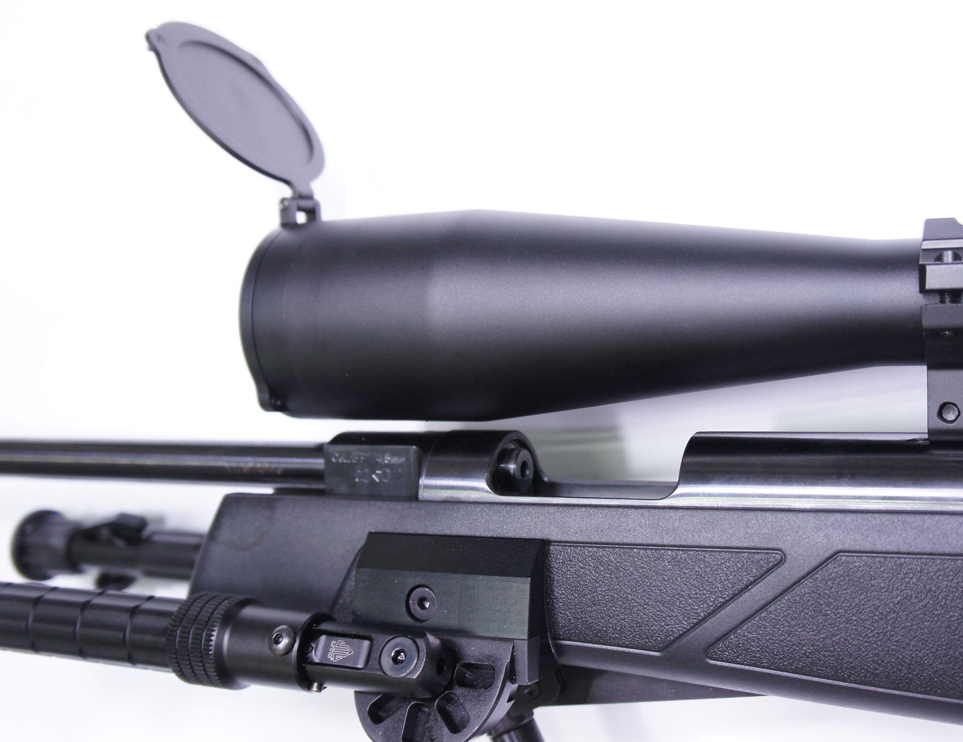Dieses Bild mit <a href=1130173.htm> Zielfernrohr Hawke AIRMAX 30 SF Modell 8-32x50 SF</a> zeigt dessen Lademule. Trotz diesem großen Zielfernrohr kann die Waffe bequem geladen werden, weil diese Optik weit übersteht.