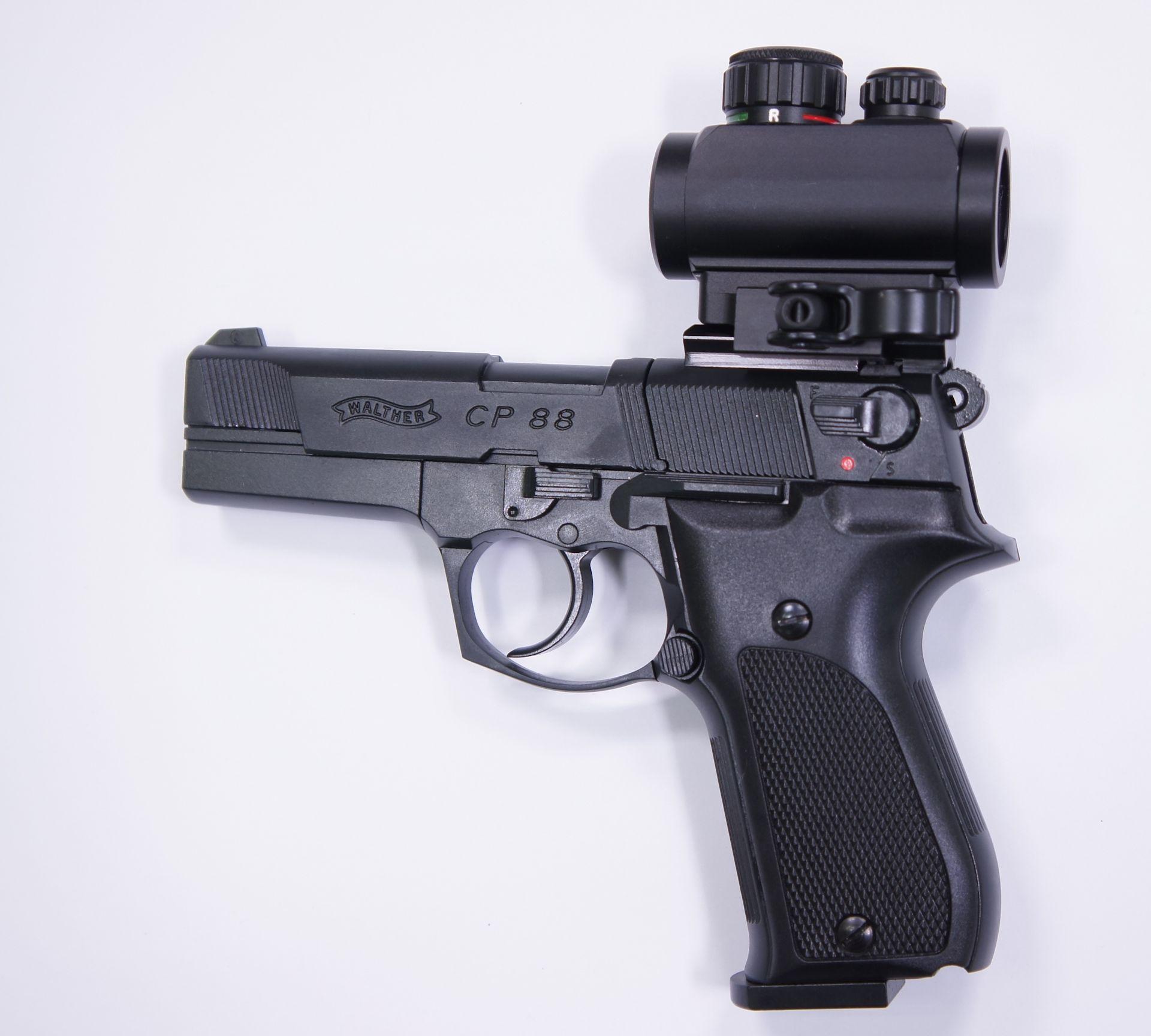 Montagebeispiel von diesem Leuchtpunktvisier auf  <a href=1050061.htm> CO2 Pistole Walther CP88 schwarz, 4 Zoll</a> mittels Waeverschiene aus Eigenproduktion