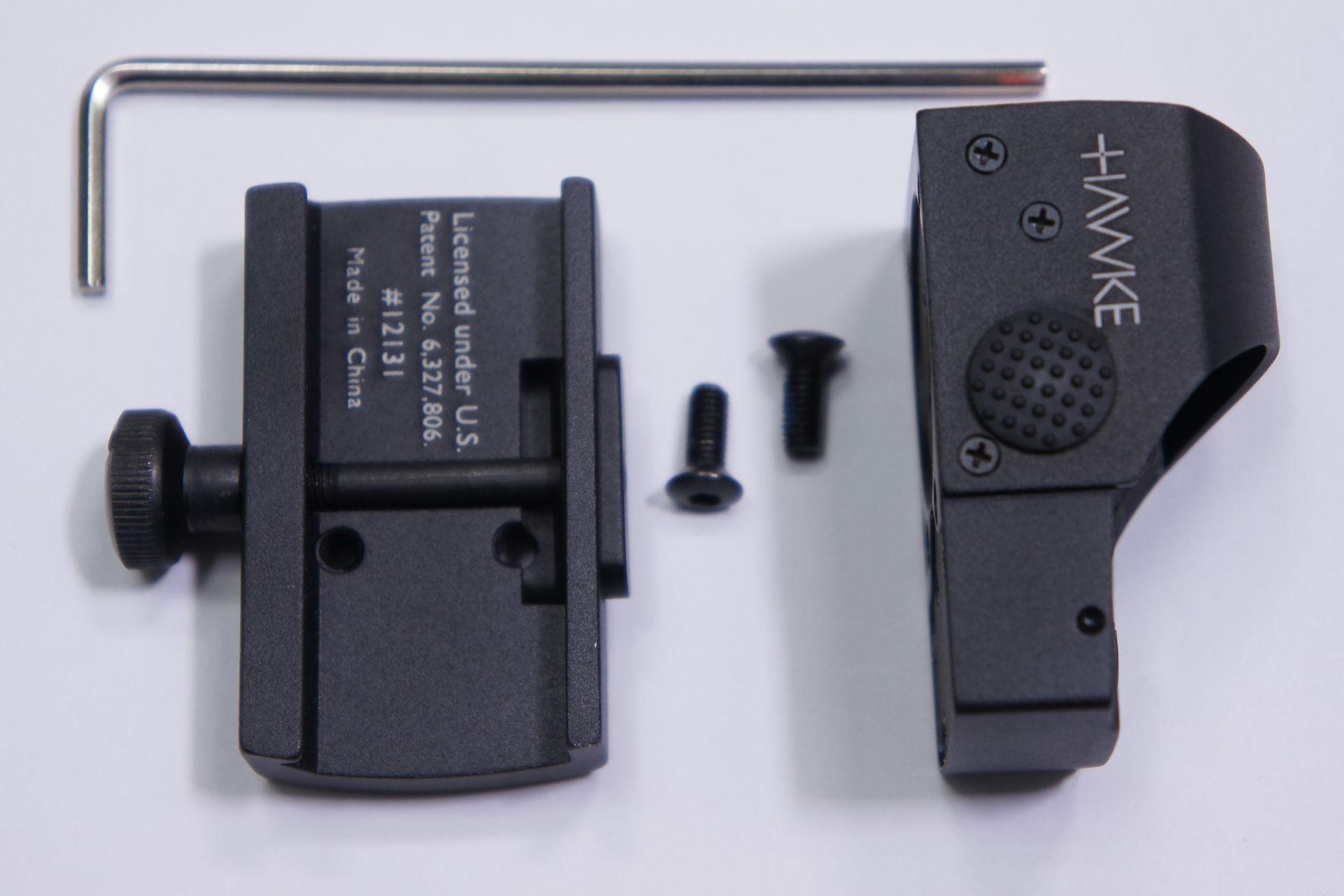 das Bild zeigt die Grungplatte und das Hawke Reflexvisier 1x25