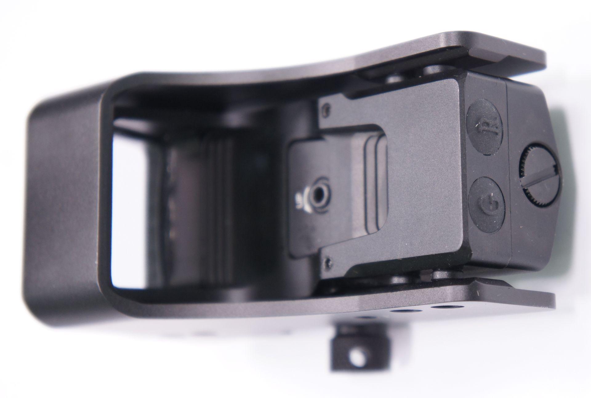 Der ohnehin robuste Alukörper vom Visier hau einen zusätzlichen Schutzmantel aus 3mm starkem Alublech.