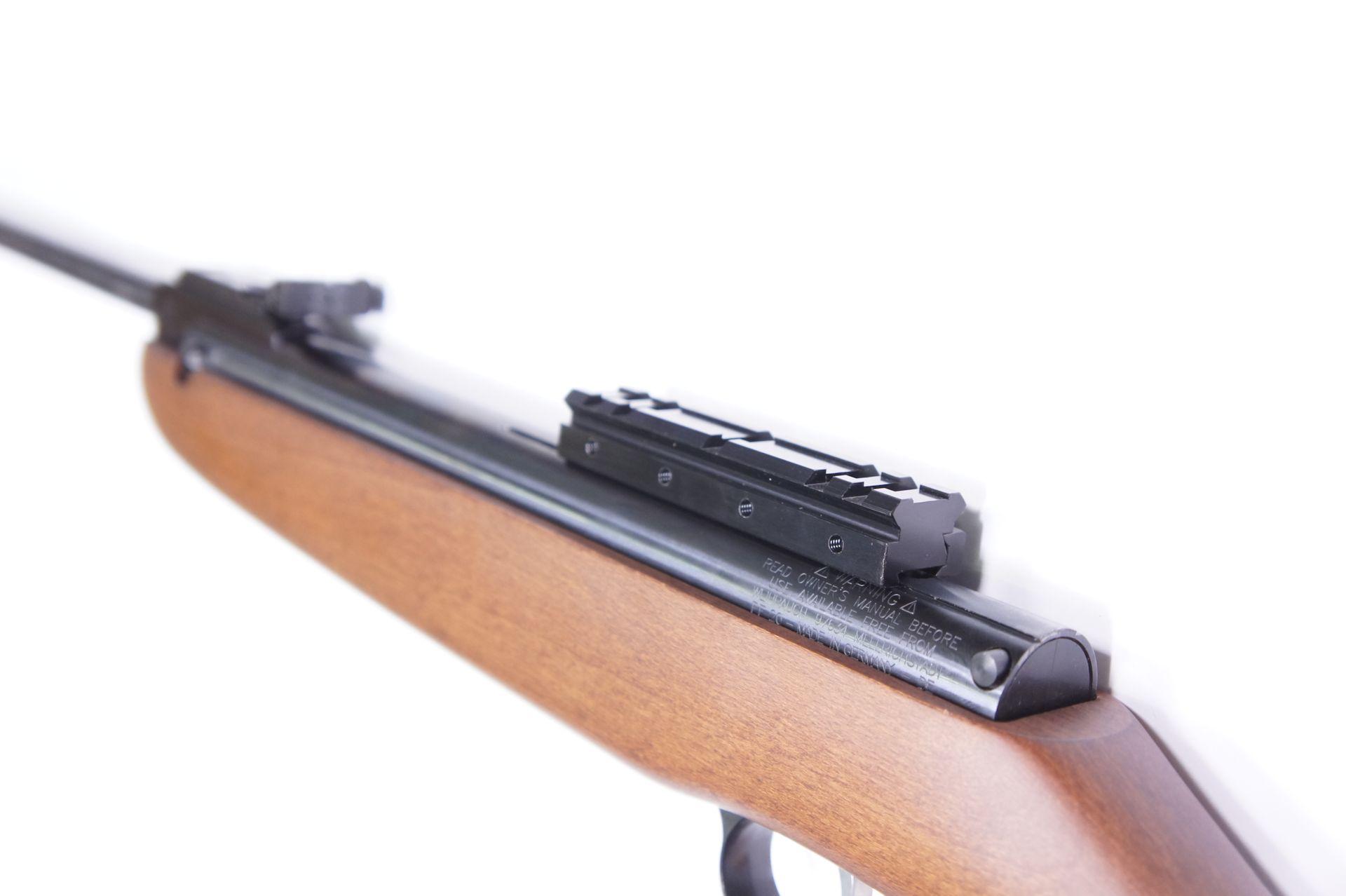 Als Zubehör könnte so eine <a href=1130647-1177.htm> Montageschiene mit Neigung </a>sehr interessant sein, weil die Ringe vom Zielfernrohr hierauf perfekt passen. Diese Montageschiene wirkt als Adapter von einer 11mm breiten Schiene auf das breitere 21mm Format.