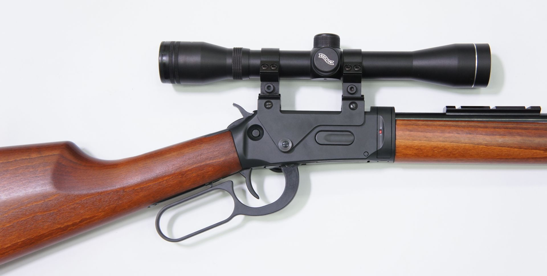 Ansicht von Rechts: Montagebeispiel mit <a href=1130132.htm>Zielfernrohr 4x32 der Marke Walther</a> am CO2 Gewehr Walther LeverAction