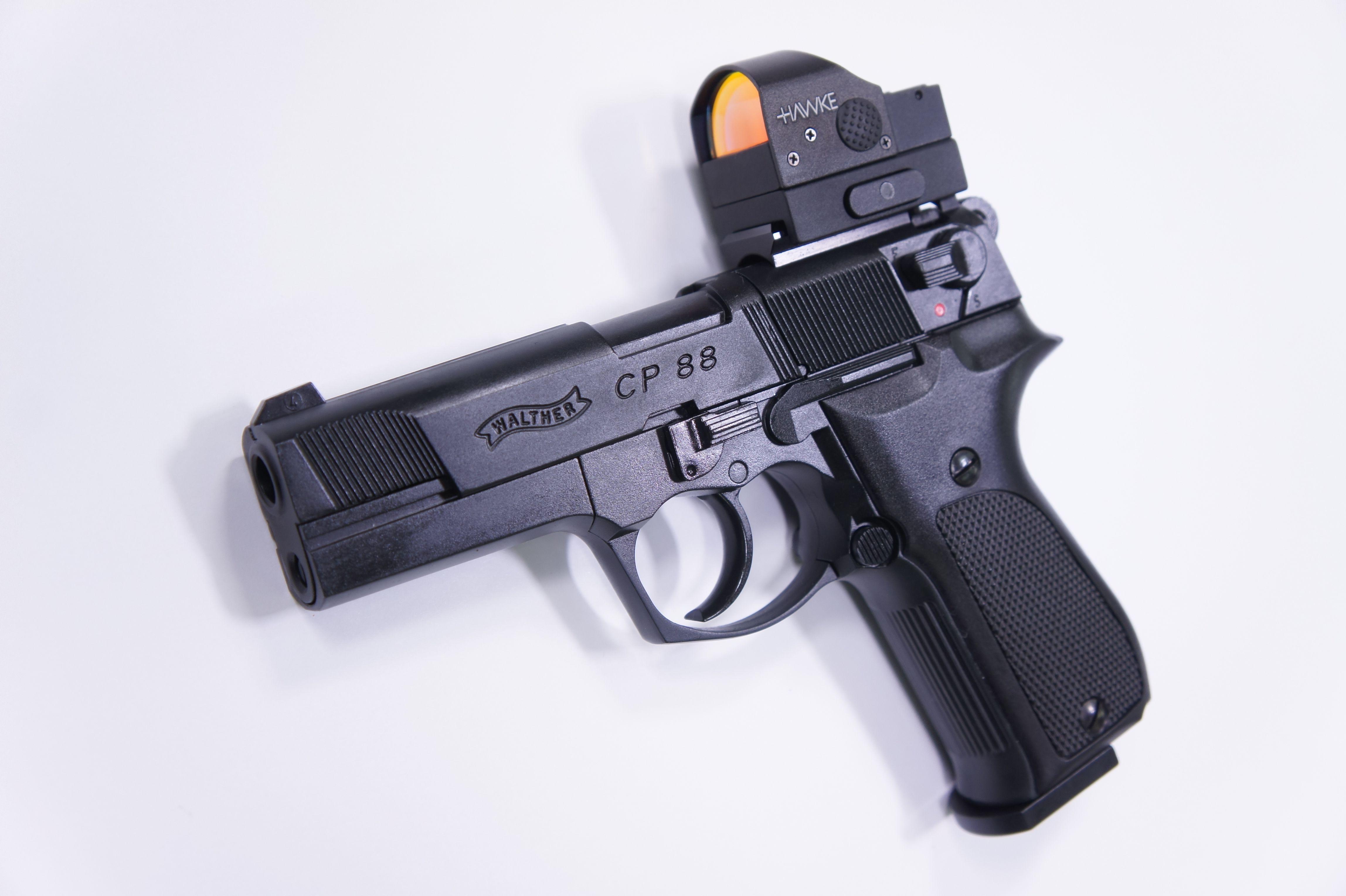 Montagebeispiel auf  <a href=1050061.htm> CO2 Pistole Walther CP88 schwarz, 4 Zoll</a> mit <a href=1130225.htm>Hawke Reflexvisier 1x25</a>
