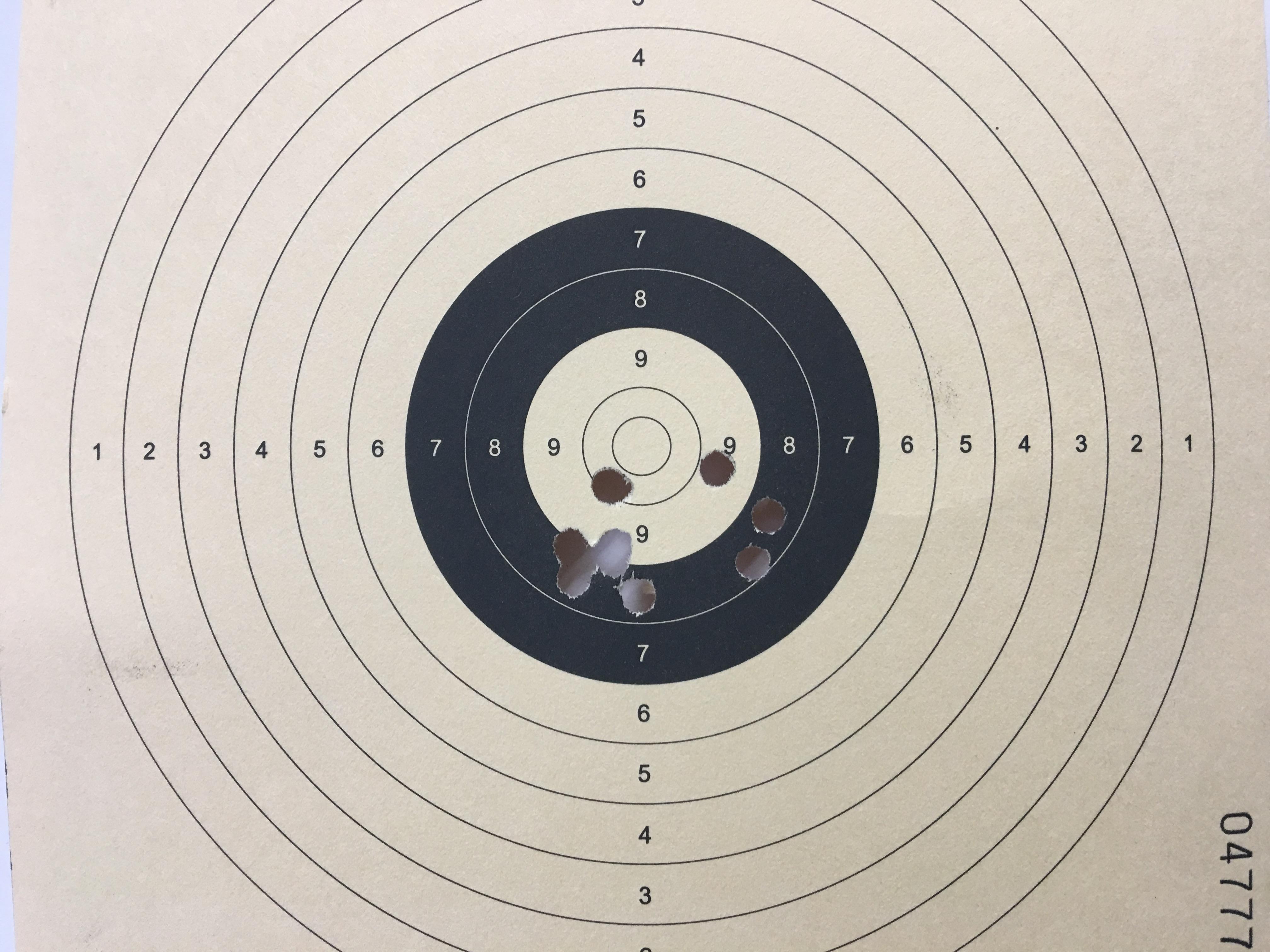 Mein erstes Trefferbild auf 12 m Distanz mit Pistolenzielfernrohr UTG. Die verwendete <a href=1310306-100.htm>Zielscheibe mit dem weißen Zentrum </a> habe ich extra so für meine Kunden drucken lassen.