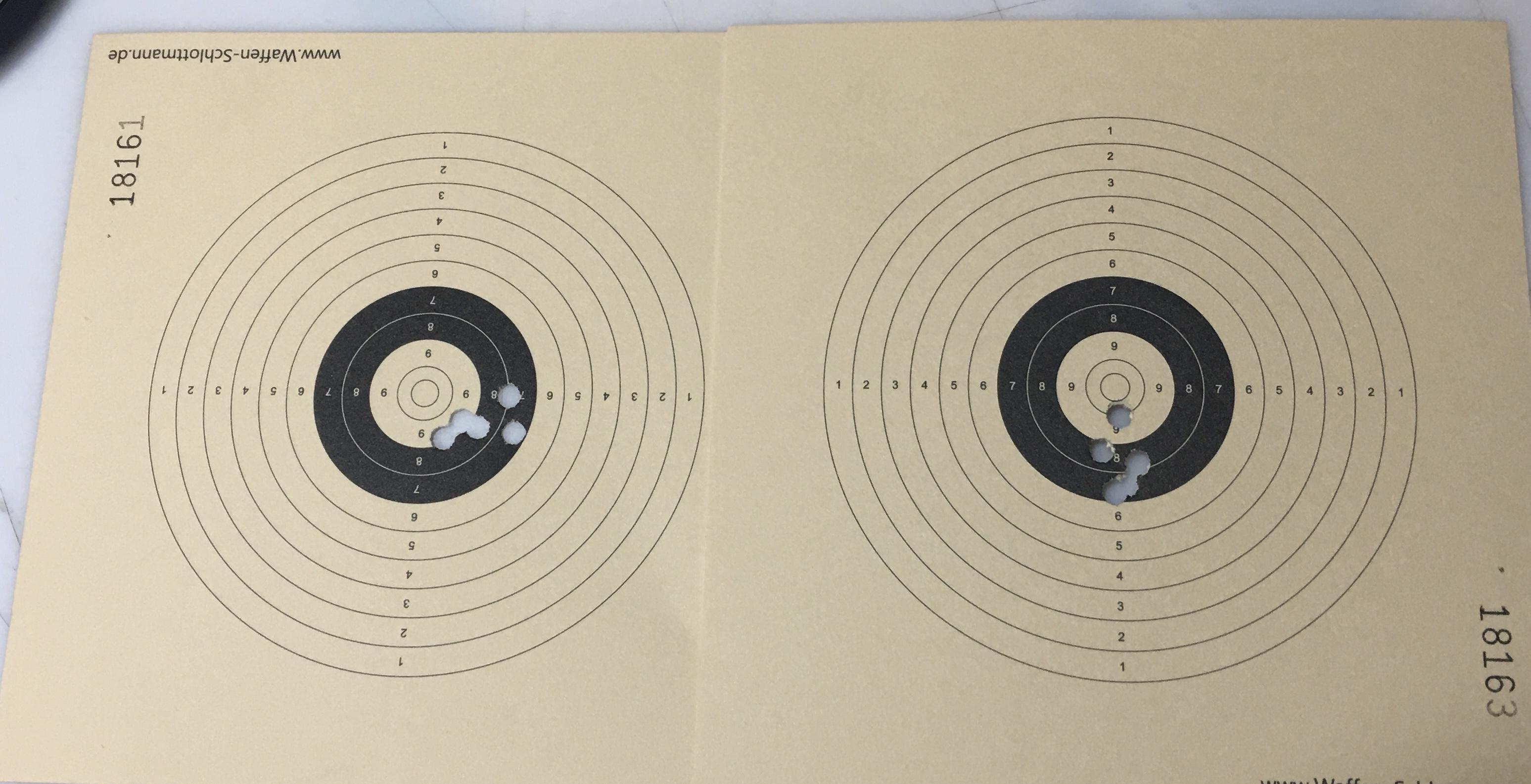 Diese Trefferbilder (Links mit Kimme und Korn, rechts mit Leuchtpunktvisier) sind sehr passend zum Text unter Hinweise. Die Waffe hat ein Kunde zurückgeschickt, weil die angeblich auf 5m  einen Streukreis in Bierdeckelgröße hat. Mein Trefferbild zeigt, dass hier der Schütze die Fehlerquelle ist.