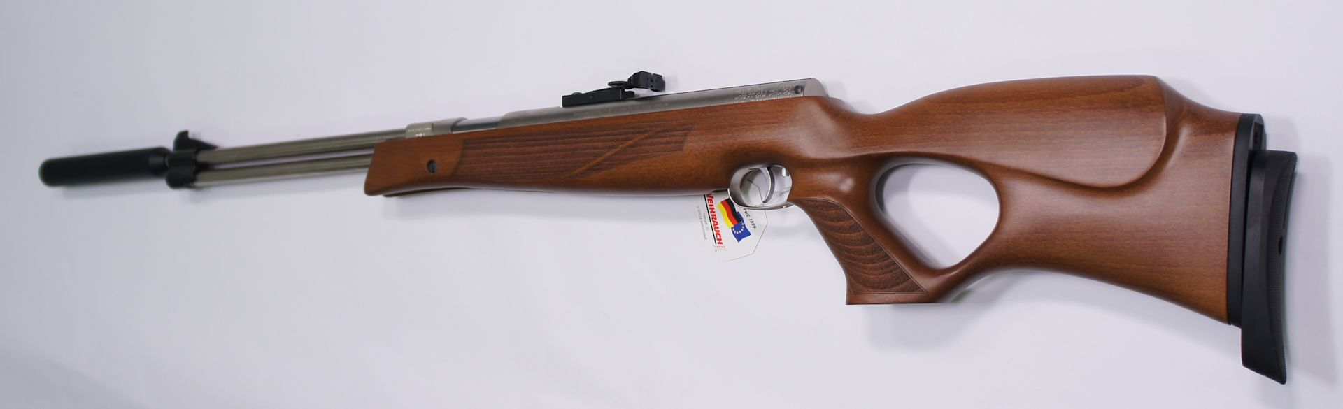 Das vernickelte Luftgewehr HW 77 K sd im hölzernen Lochschaft ist ein schöner Anblick und hochgradig funktionell und präzise.