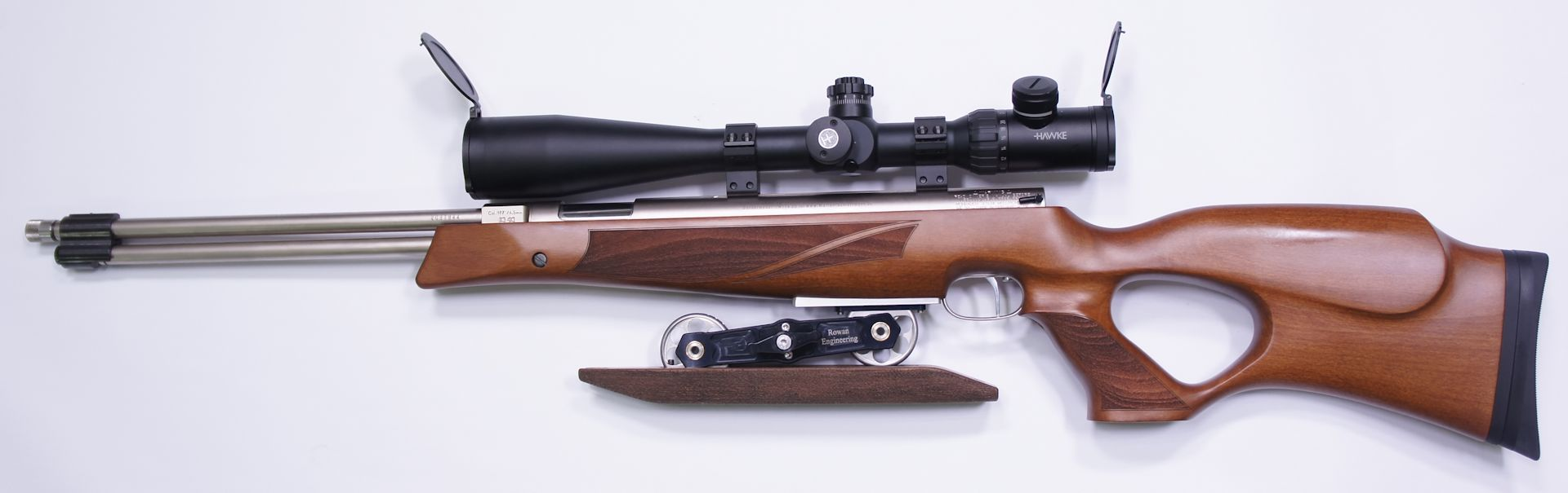 Montagebeipiel mit möglichem Zubehör: Auf diesem Wettkampfgewehr ist eine <a href=1130173.htm>Optik 8-32x50 der Marke Hawke </a> aufmontiert.