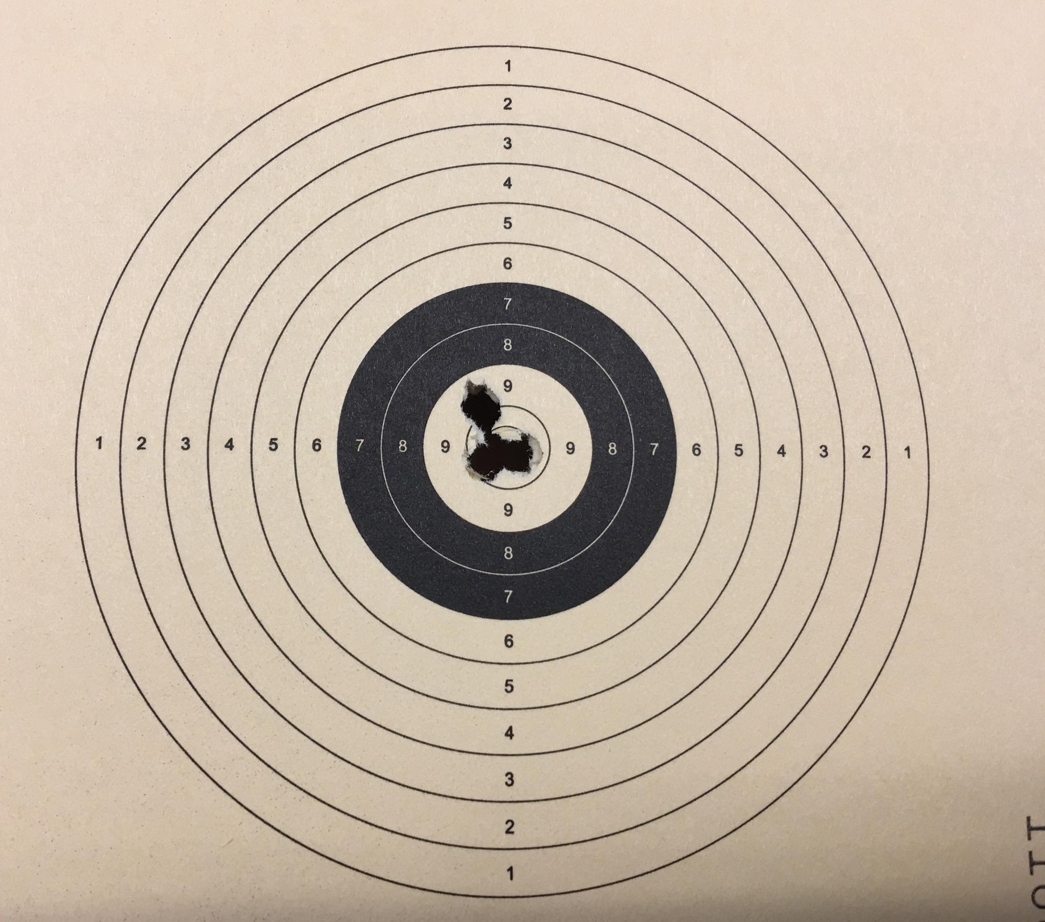Mein Trefferbild auf 12 m mit so einem Luftgewehr. Für meine Kunden montiere ich die Optik und schieße das Gewehr ein.