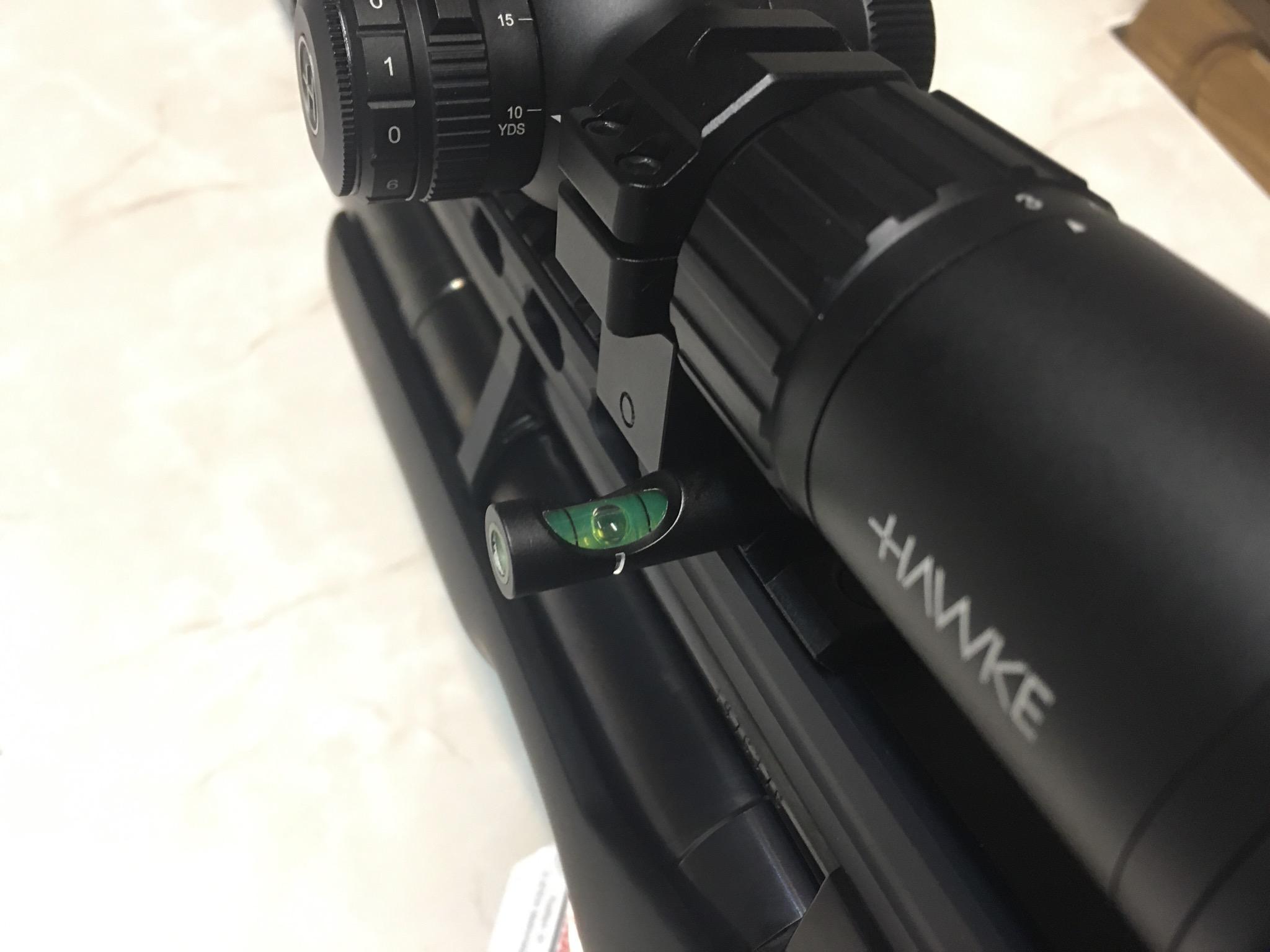 Montagebeispiel mit <a href=1130581.htm> Wasserwaage</a> gegen das Verkanten der Waffe im Anschlag