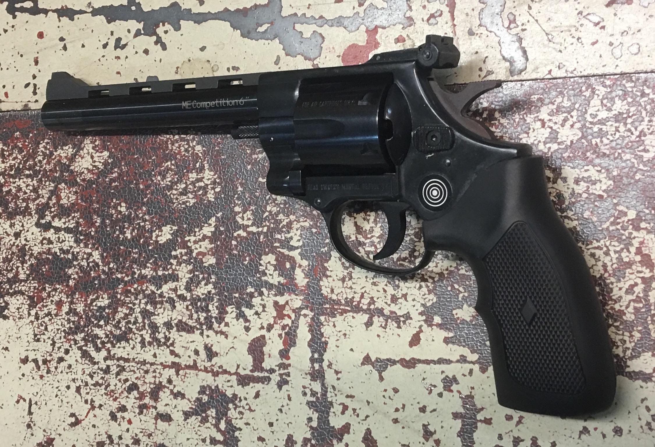 Mit dem neutralen, großen Kunststoffgriff liegt der Revolver sehr gut in der Hand. Leider ist der Griff nur in Rechtsausführung verfügbar.