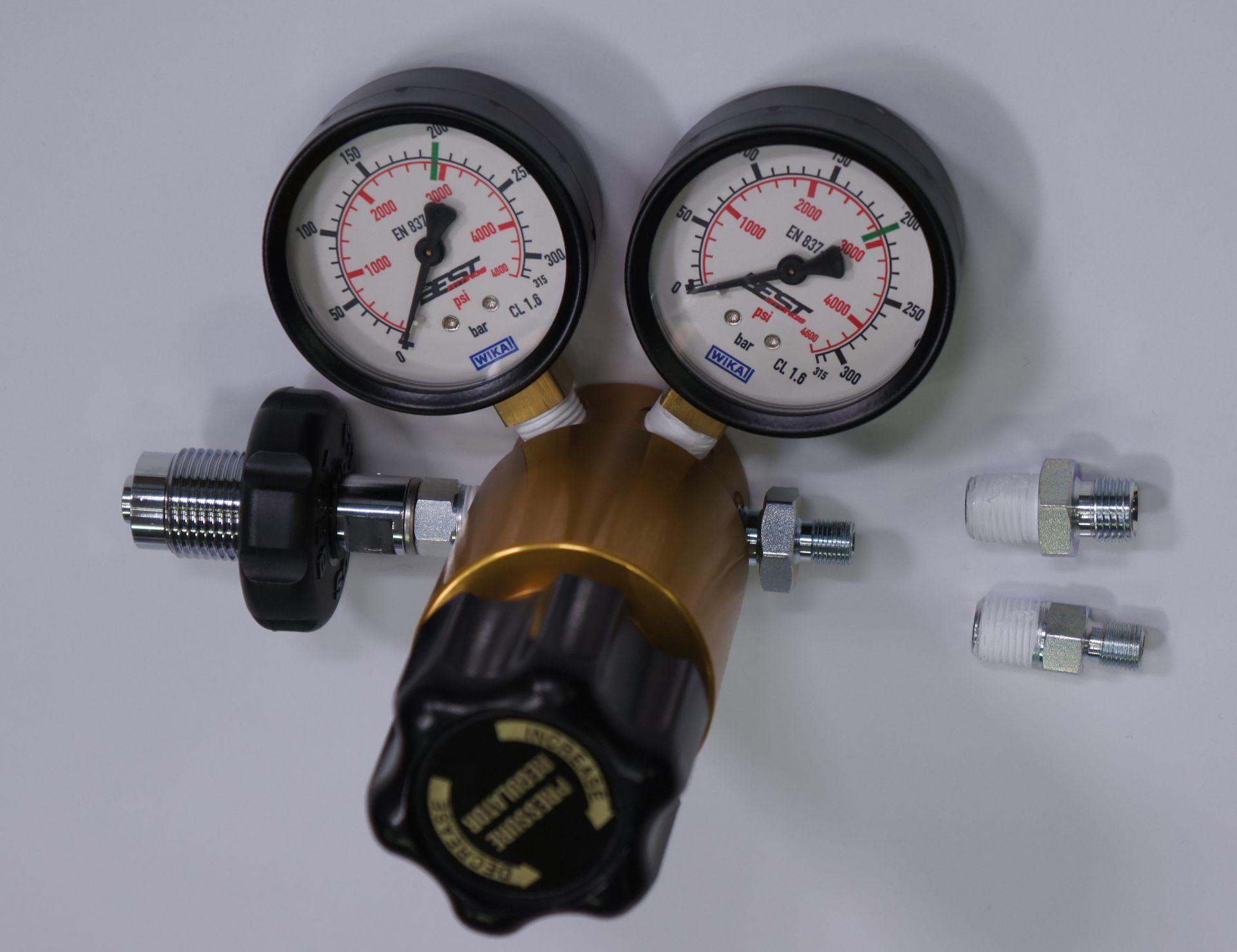 Für die Ausgangsseite vom  verstellbaren Druckminderer gehören wei verschiedene Anschlussstücke.