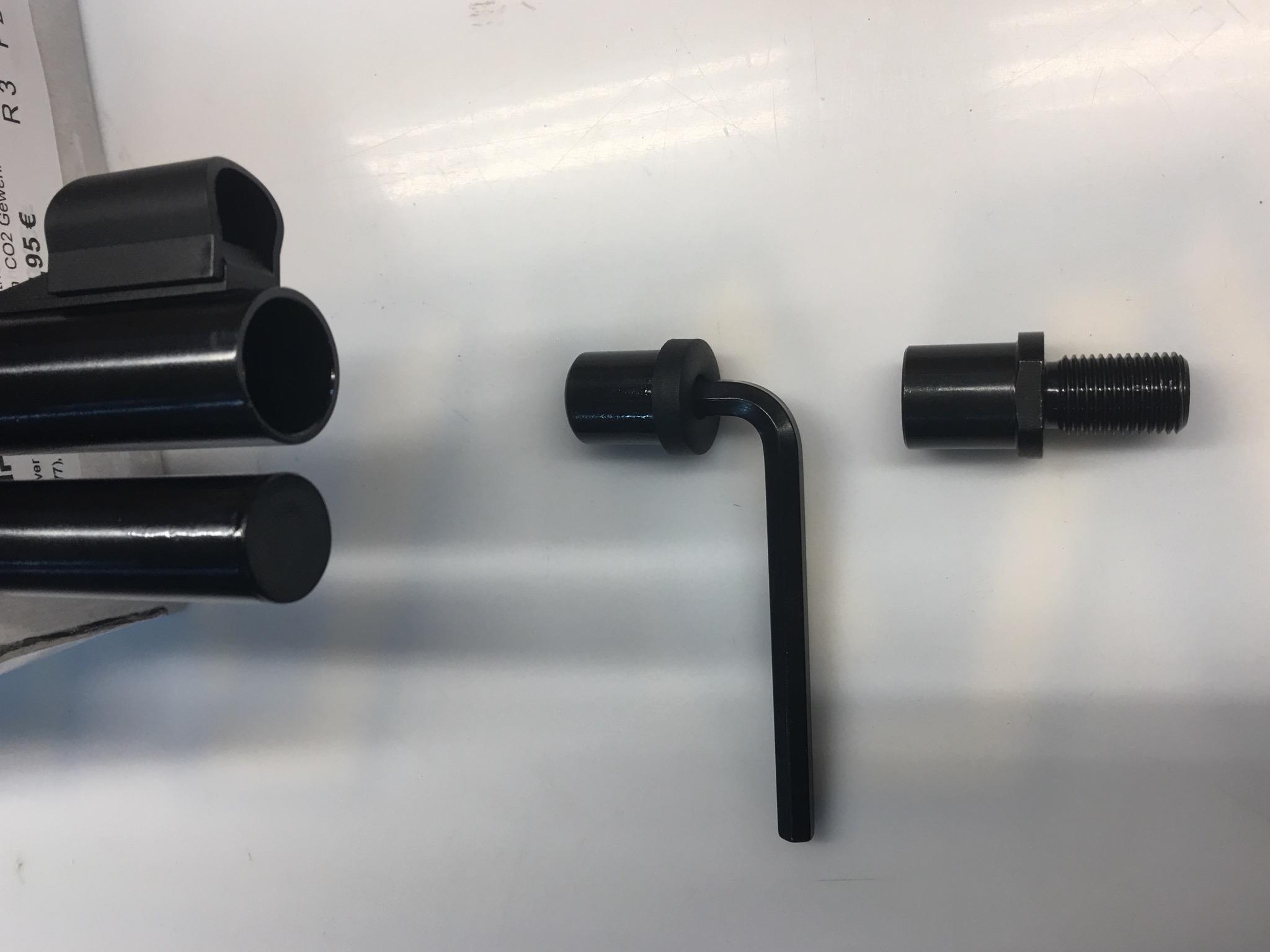 Vor dem Einbau muss eine Mündungsmutter an der Mündung mittels 6er Inbusschlüssel vom Lauf entfernt werden.