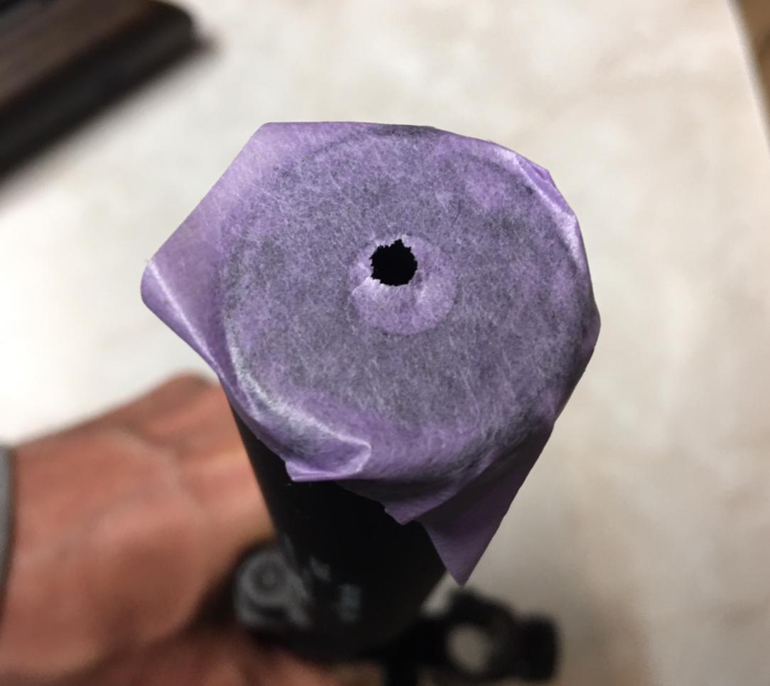 Ob der Dämpfer fluchtet, lässt sich am besten kontrollieren, indem man vorne die Austrittsöffnung mit einem Klebeband abdeckt.
