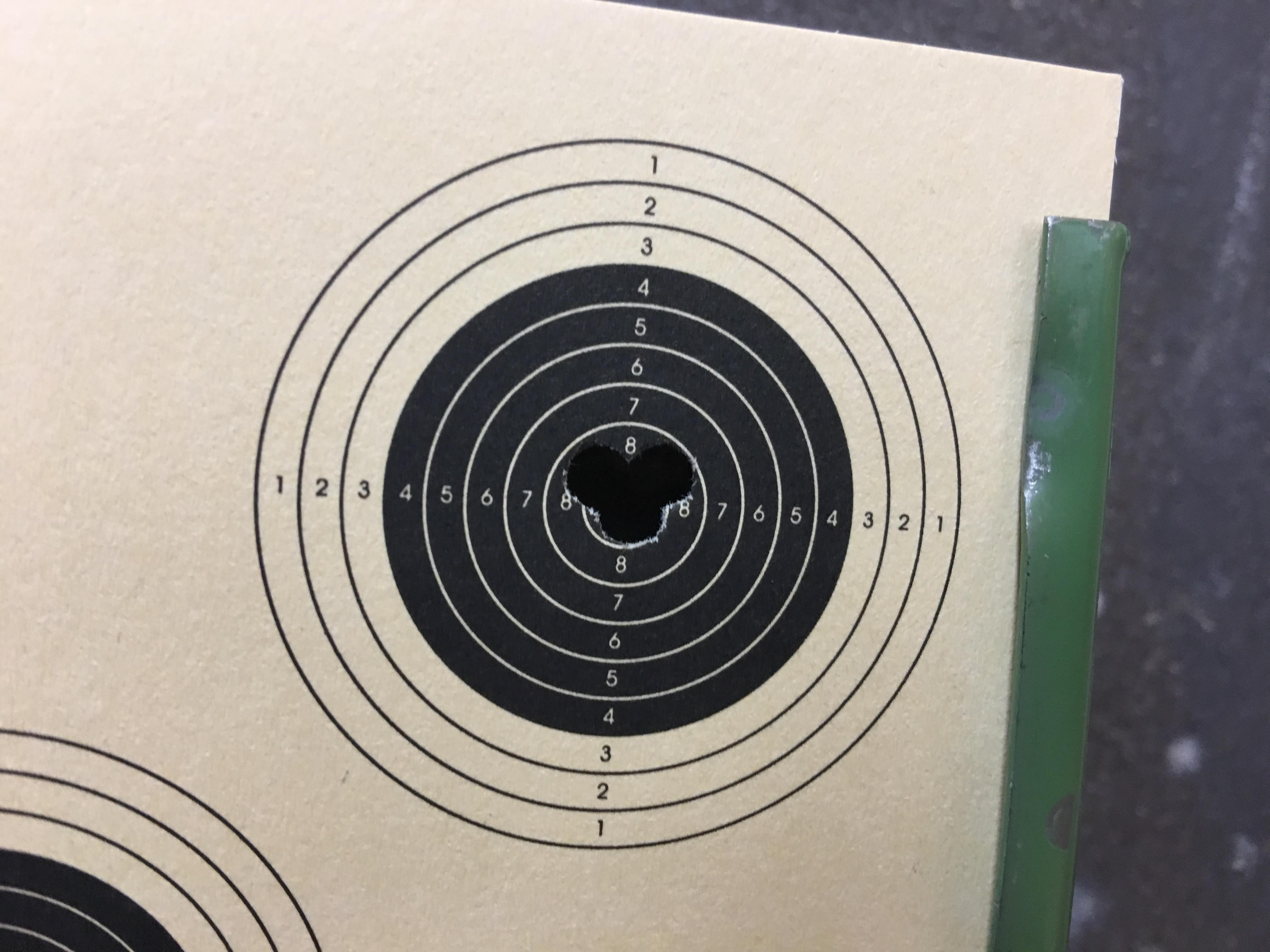 Hier sehen Sie noch ein aktuelleres TrefferBild mit diesen geschossen auf Distanz 11 m mit einem Luftgewehr Modell 100