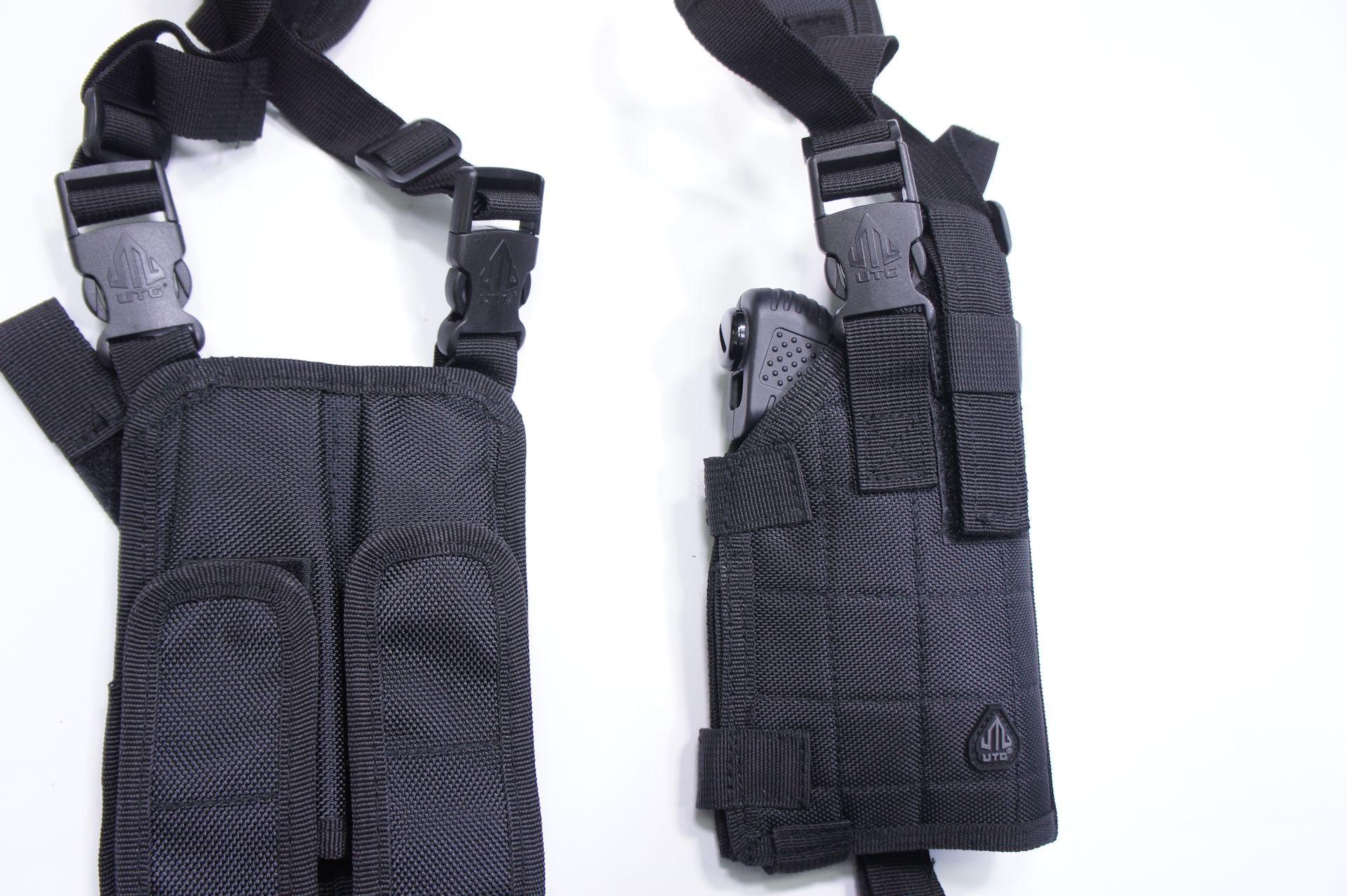 Das Schulterholster ist für Pistolen konzipiert und besteht auis schwarzem Cordura. / Anwendungsbeispiel von Schulterholster mit Tierabwehrgerät JPX